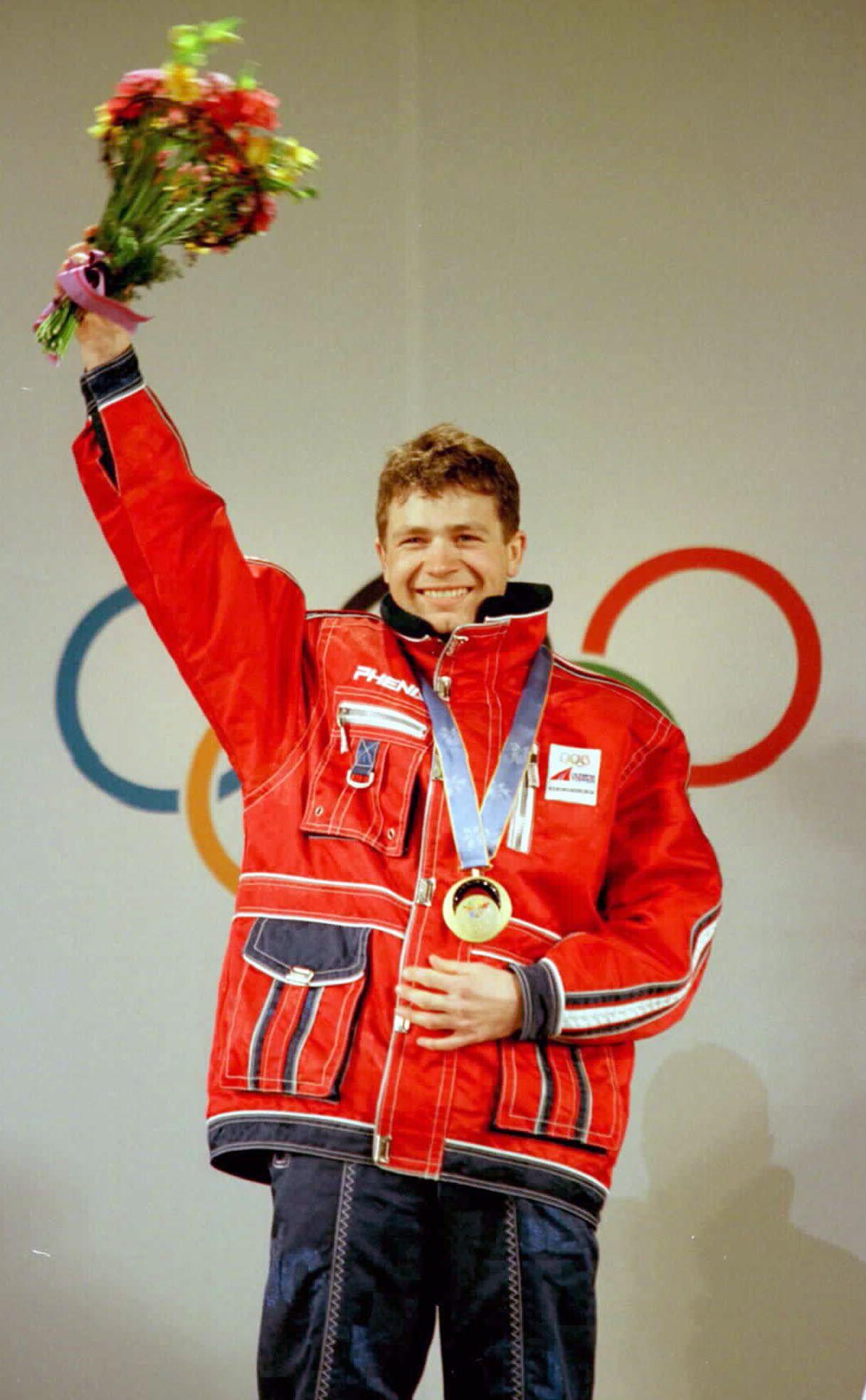 Her har Ole Einar Bjørndalen akkurat mottatt gullmedaljen fra sprinten i Nagano-OL i 1998.