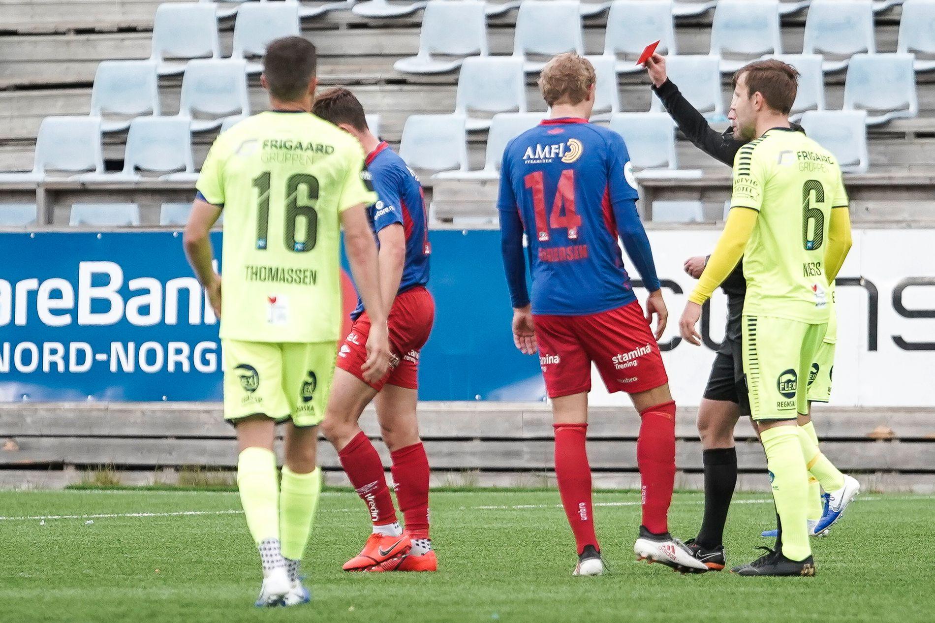 Rødt kort: Lasse Berg Johnsen ble utvist i 1. omgang. Her får han det røde kortet.