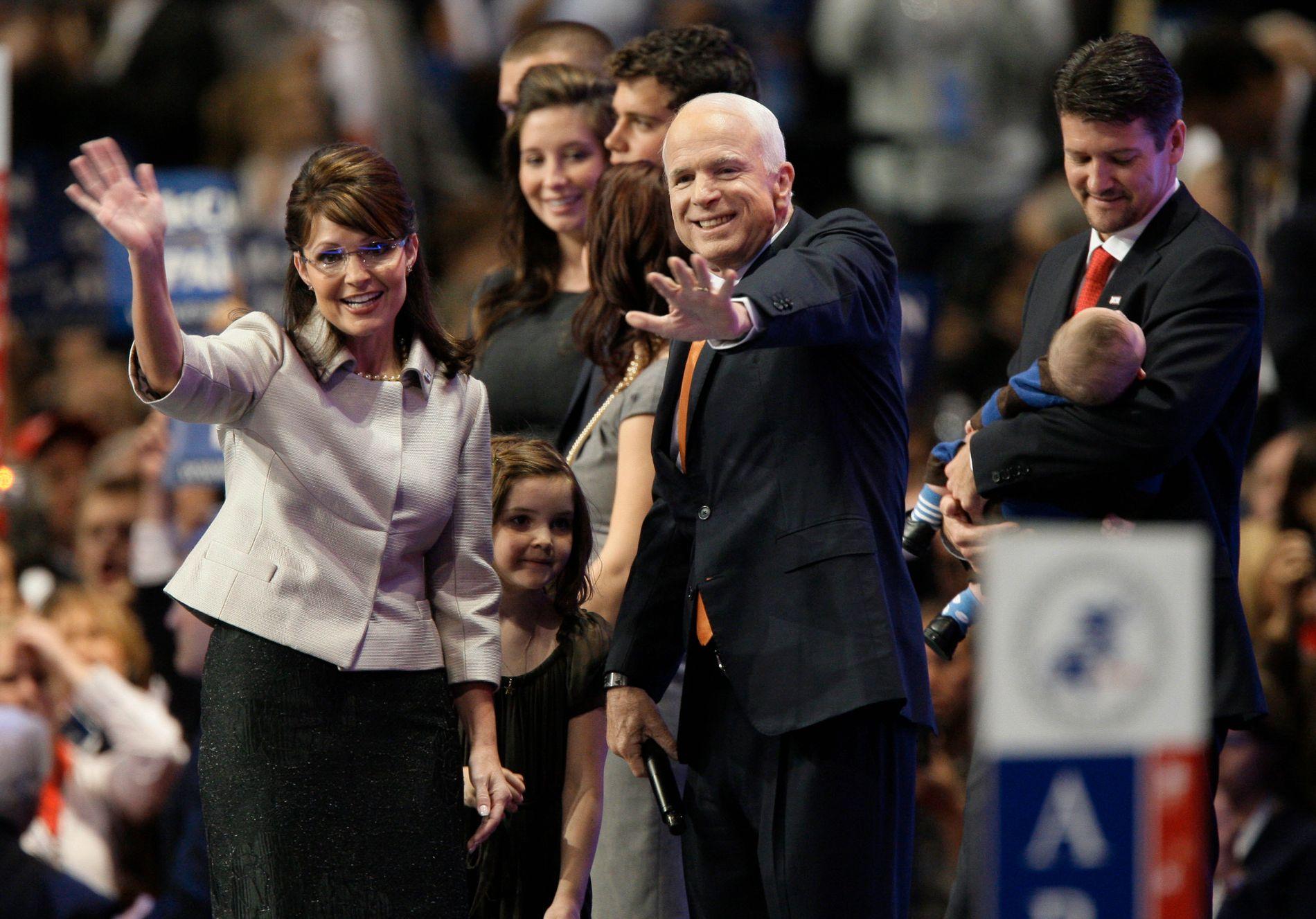Sarah Palin og John McCain under presidentvalgkampen i 2008. McCain sa senere at han angrep på at han valgte Palin som sin visepresidentkandidat. Arkivfoto: AP / NTB scanpix