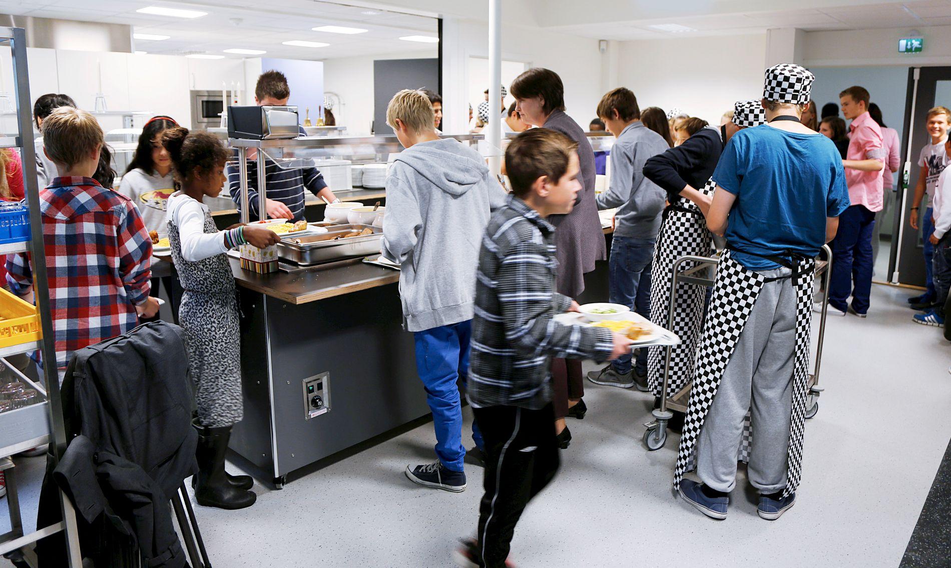 GOD HELSE: Skolemat er godt for læring, godt for helsen og ikke minst er det god velferd, skriver Gina Barstad. Bildet er fra Kjøkkelvik skole som startet med frokost og varm lunsj hver dag.