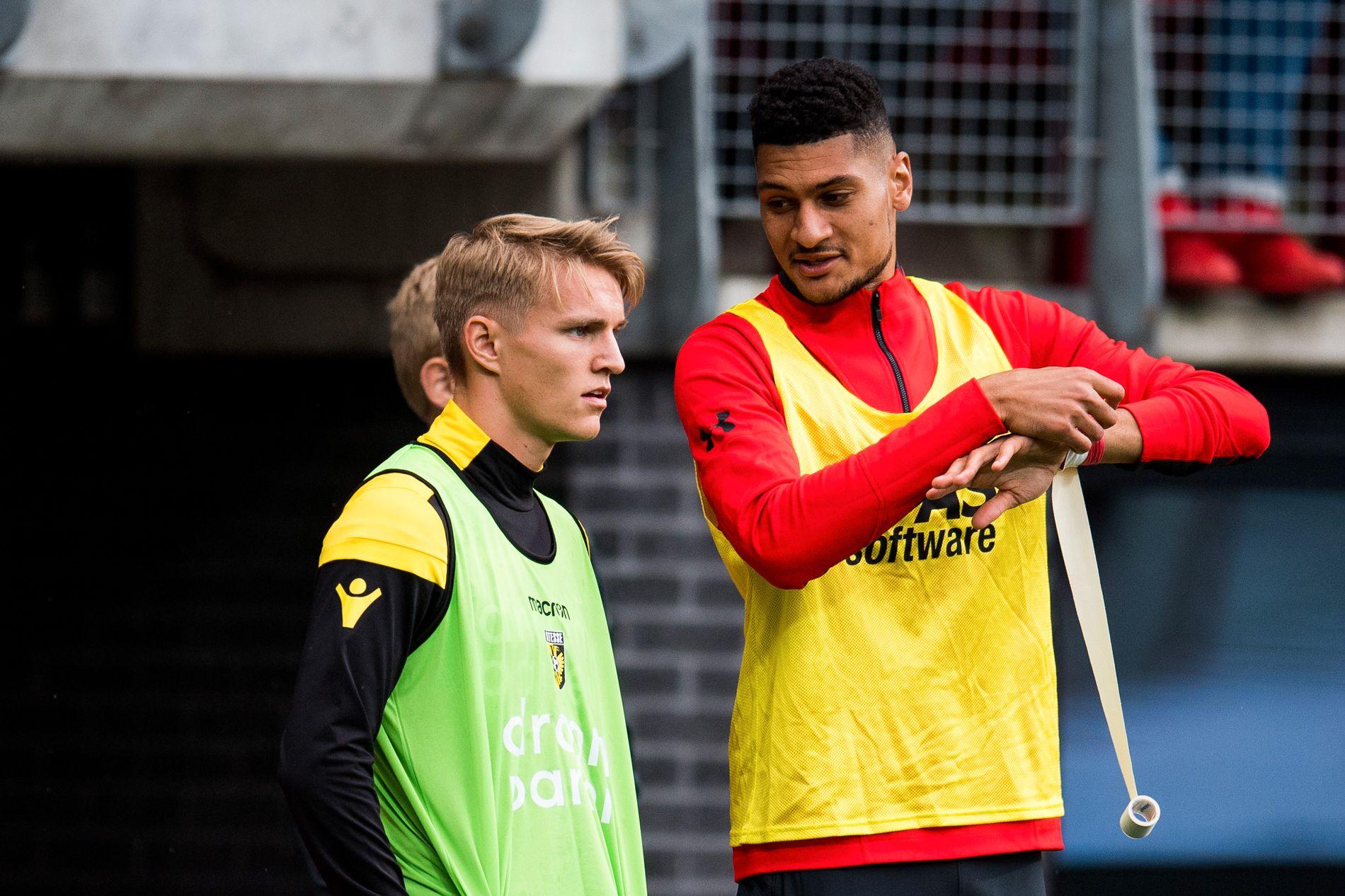 LANDSLAGSKOLLEGER: Bjørn Maars Johnsen (til høyre) varmer opp sammen med Martin Ødegaard under kampen mellom AZ og Vitesse sist helg.