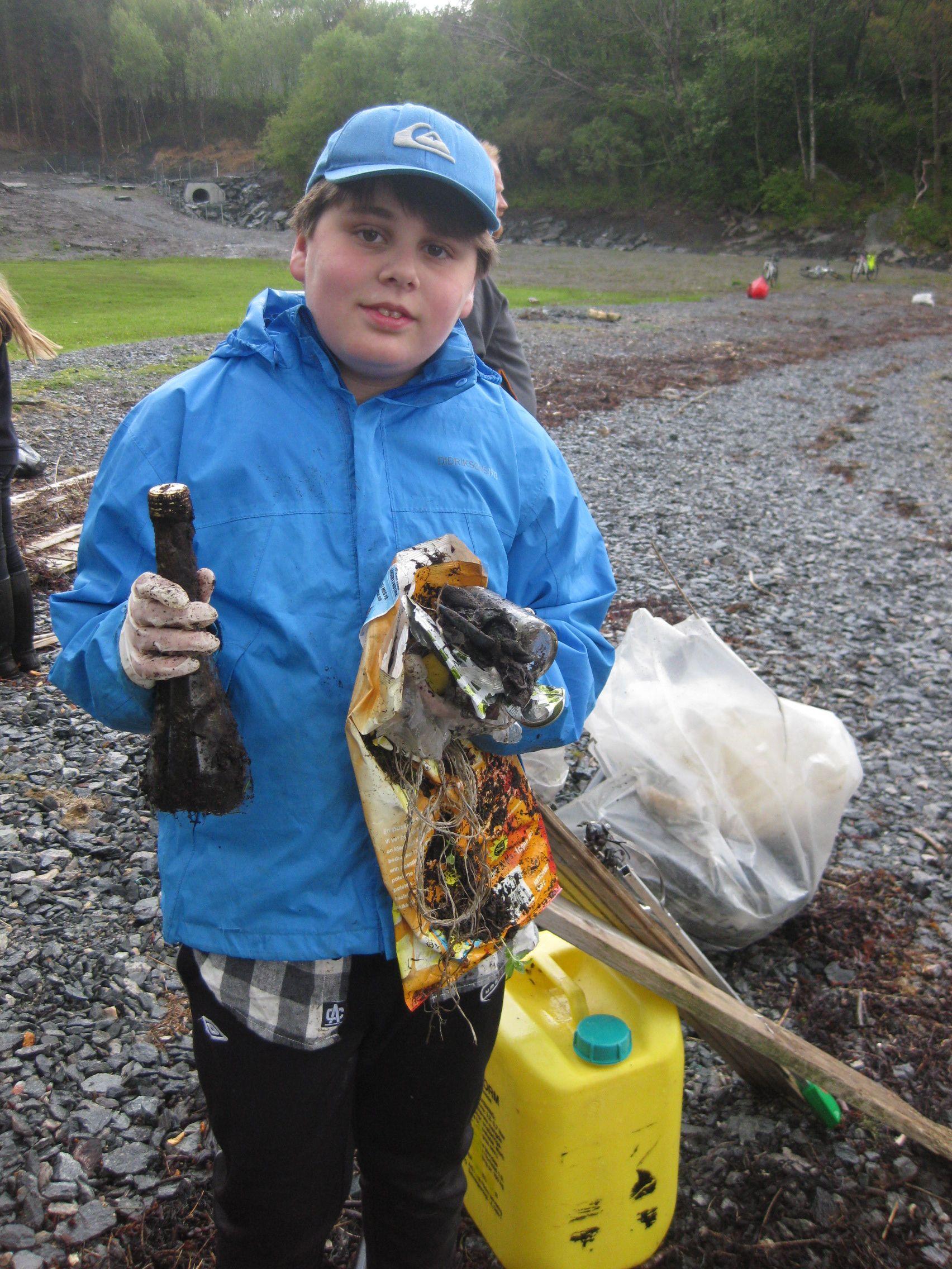 ORDNET OPP: Miljøagenten Matheo var blant barna som ryddet opp i helgen. Plastkanner og store mengder tau- og plastbiter var blant fangsten.