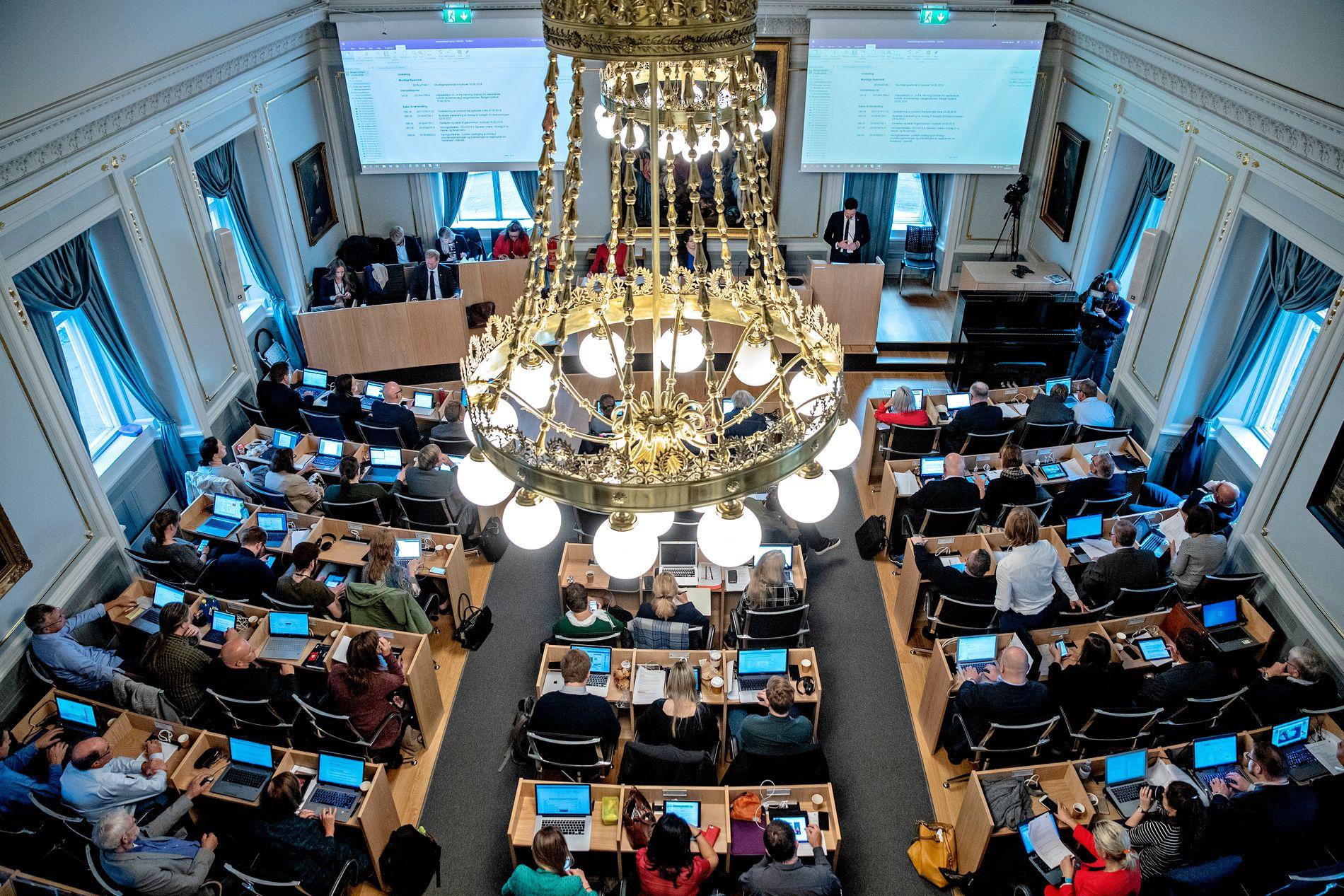 VANLIGE FOLK: – Trym Aafløy forsøker å illustrere en avstand mellom Bystyrets politikere og innbyggerne i Bergen. Men avstanden er en illusjon, mener Bergens Tidende.