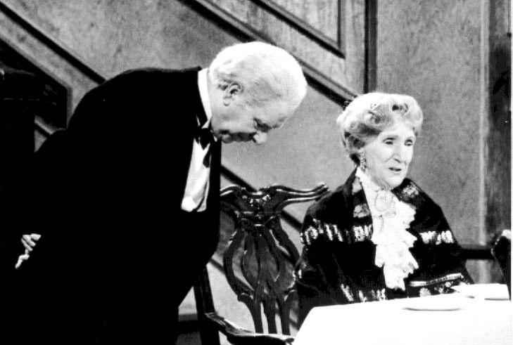 BEST: «I'll do my very best», sier hovmesteren i  «Grevinnen og hovemesteren». Burde ikke restaurantbransjen også gjøre sitt beste for at menyen er på norsk, og at vi kan kommunisere med kelneren, spør innsenderen.