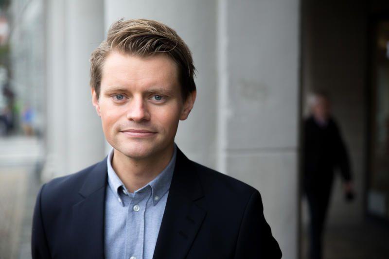 BATONG-HØYRE: Justispolitisk talsperson Peter Frølich (H) vil kutte minstestraffen. Det er ikke lavere straff som er poenget, men å gjøre straffutmålingen mer nyansert og hindre at skyldige går fri. Frølichs forslag får sterk motstand fra regjeringspartneren Frp.
