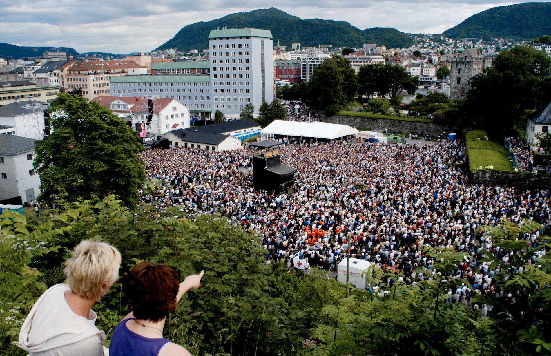 GRATISHAUGEN: Her ser vi utikten fra gratishaugen Sverresborg, like ved Koengen. Bildet er fra da Elton John spilte på Koengen i 2003.