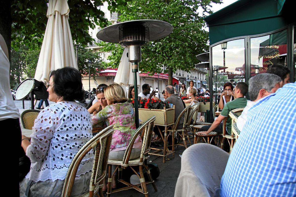 PÅ KAFÉ: Men en like stor parisisk opplevelse er å se på bylivet. Fortausrestauranter og kafeer hvor stolene er vendt ut mot gaten.