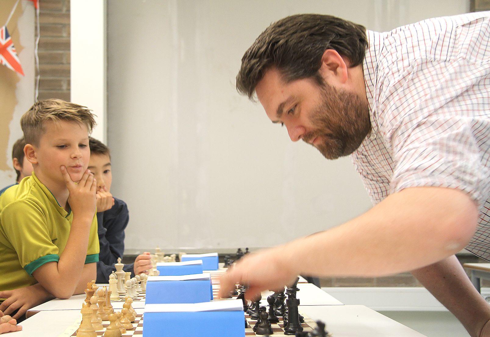 20385513 LIKE MULIGHETER: Skal ikke alle barn få samme mulighet? spør sjakklærer Ole  Valaker. byoutline Terje Bringsvor Nilsen/Fanaposten
