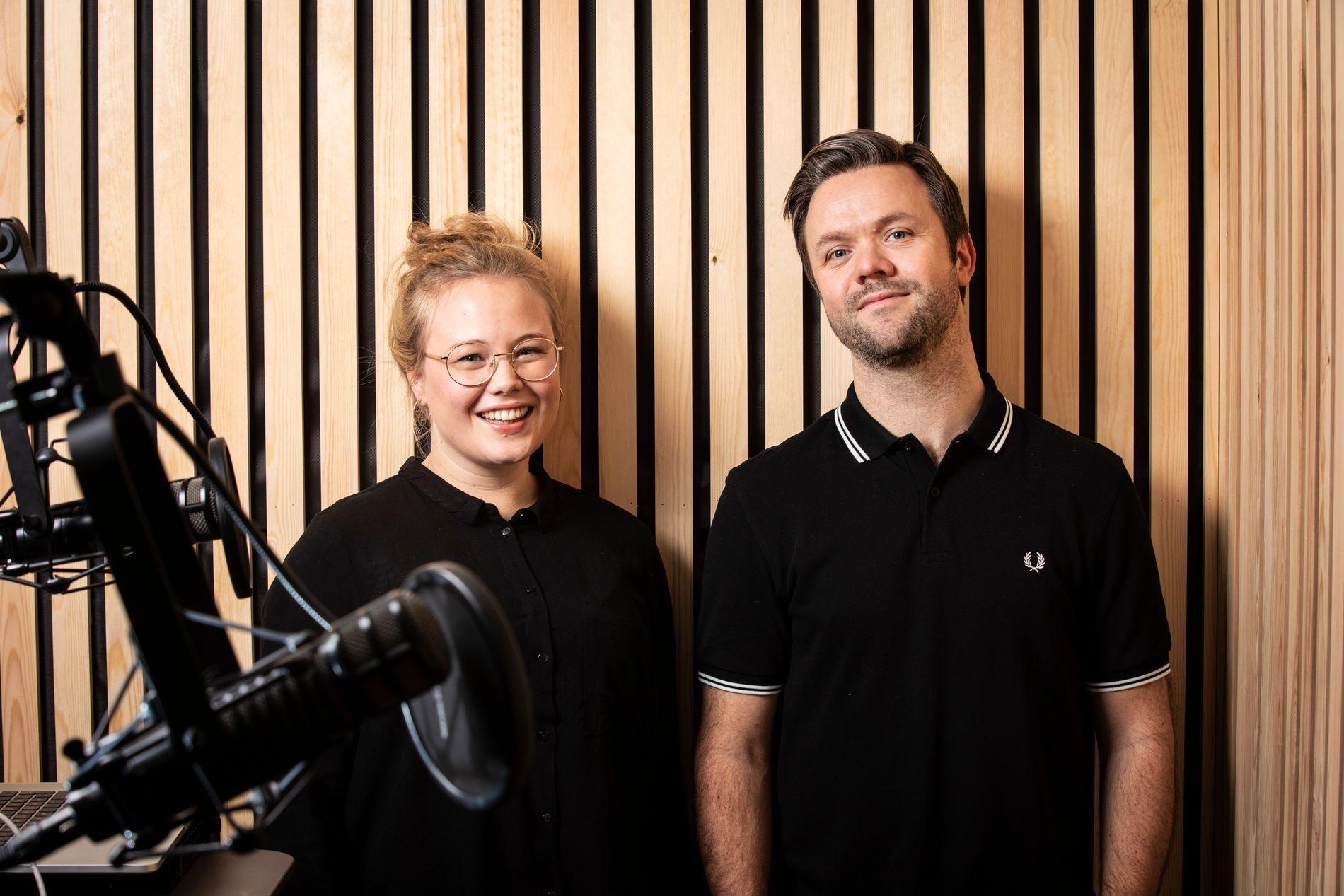KLAR FOR POD: BT lanserer kulturpodkasten «Republikken» fredag 11. januar. I studio står programleder Kjetil Ullebø (til h.), til daglig kulturjournalist i BT, og Guro Holm Bergesen, nyhetsleder for kultur i BT.