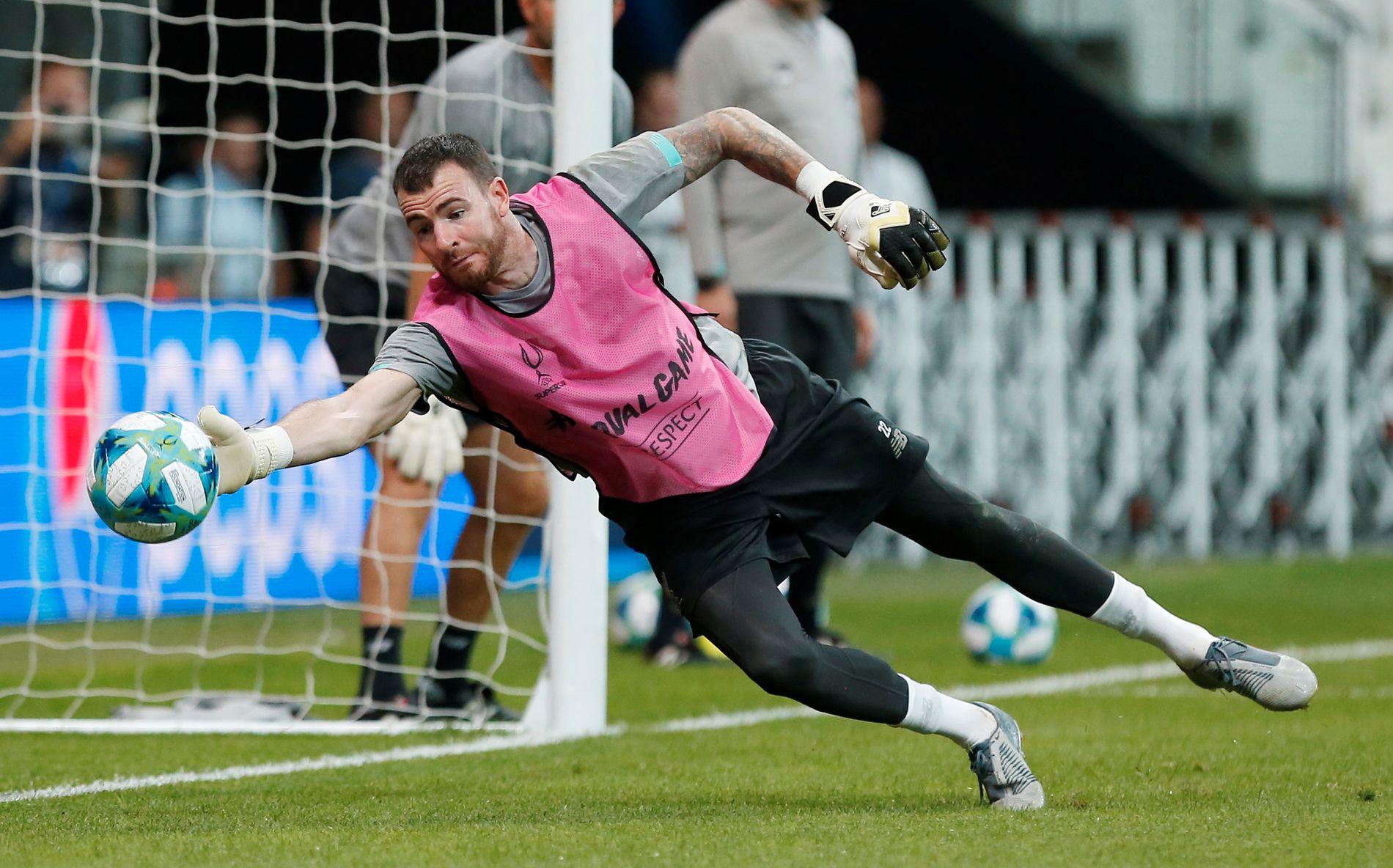 Her er Andy Lonergan i aksjon før kampen mot Chelsea på onsdag.