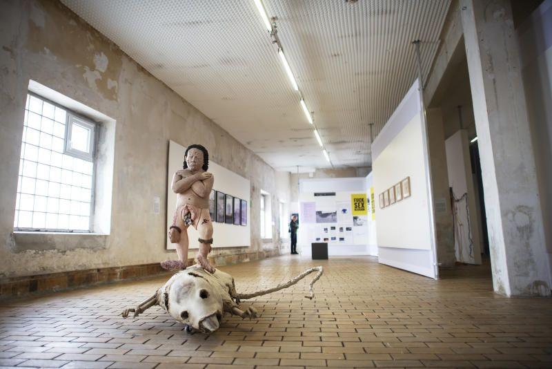 UFORSTÅELIG? Fra utstillingen ved Bergen Kjøtt under årets Bergen Assembly. «Den store taperen her er jo dels kunsten. Den blir redusert fra å ha en egenverdi, til å bli illustrasjoner til mer eller mindre kvasifilosofiske teorier, og dels det alminnelig interesserte publikum, som ønsker seg en kunstopplevelse og får akademistisk tåkeprat i stedet», mener kunstner Gerhard Stoltz.