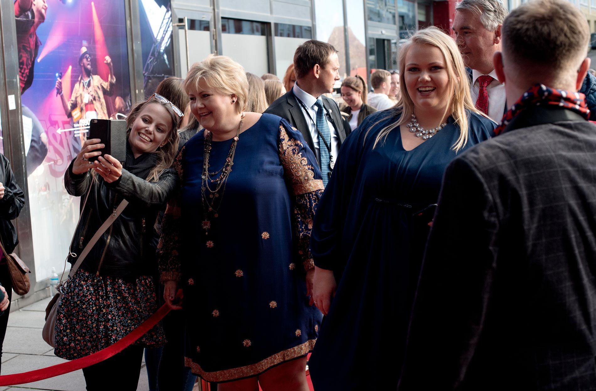 SELFIEKØ: Det var tett med kjendiser på den røde løperen utenfor Grieghallen fredag kveld, og selfie- og autografjegerne sto parat. Statsminister Erna Solberg var blant dem som stoppet opp for å møte publikum.