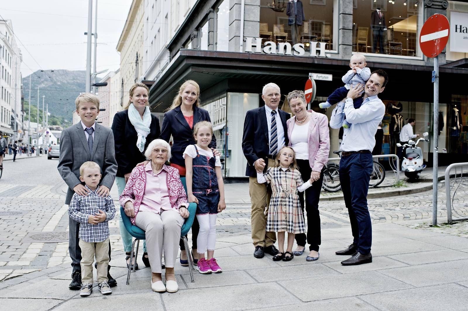 0431df2a FAMILIEBÅND: Fire generasjoner Iversen samlet i gaten hvor familien har  solgt herreklær til bergenserne i 112 år. Bak fra venstre Emil (12), ...