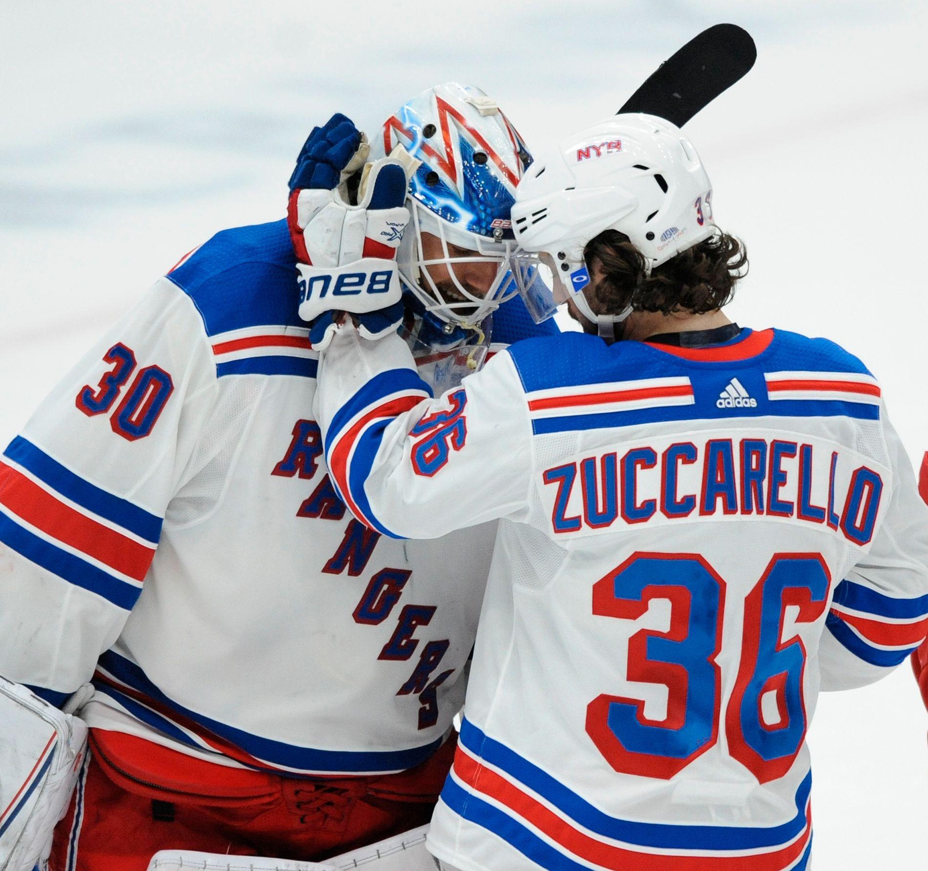 Mats Zuccarello markerte seg med scoring i New York Rangers' 2-1-seier borte mot St. Louis Blues i NHL. Her gratulerer han lagets svenske målvaktstjerne Henrik Lundqvist.