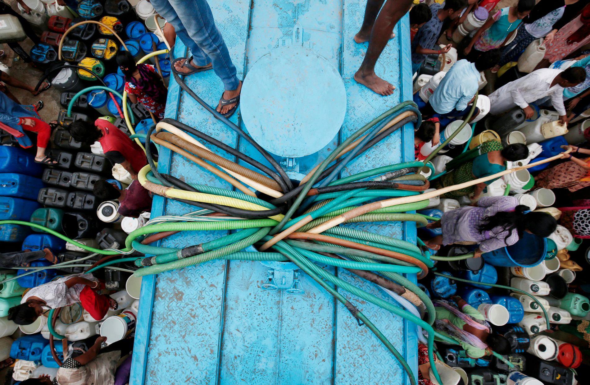 KRISE: Det betyr lite for de 200.000 menneskene som dør i India på grunn av mangel på rent vann at de har rettigheter til rent vann, skriver innsender. På bildet henter folk i New Dehli vann fra en kommunal tank.