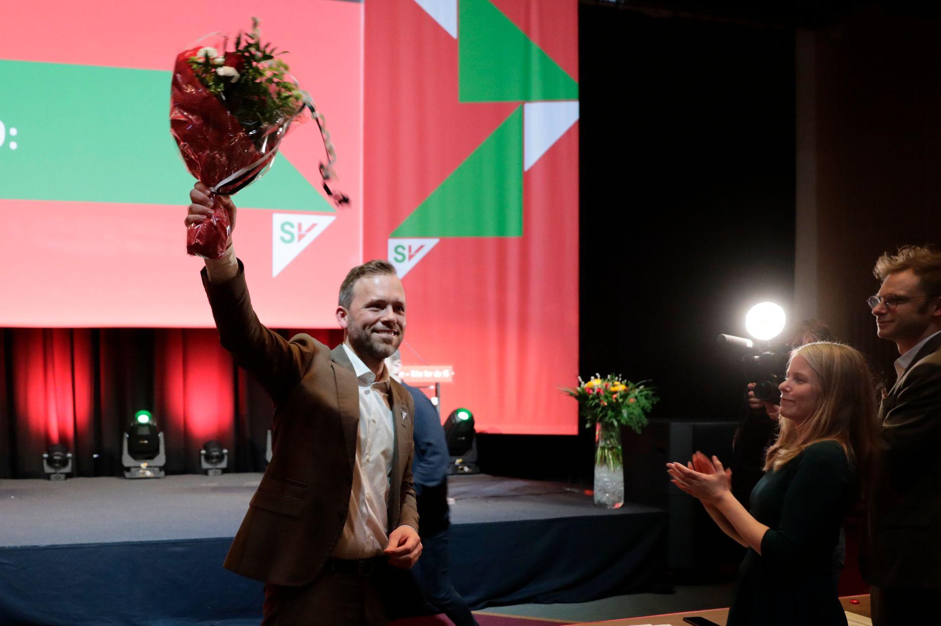 TRAMPEKLAPP: Laurdag ettermiddag blei Audun Lysbakken attvald som leiar. Han er no ein svært populær leiar i SV.