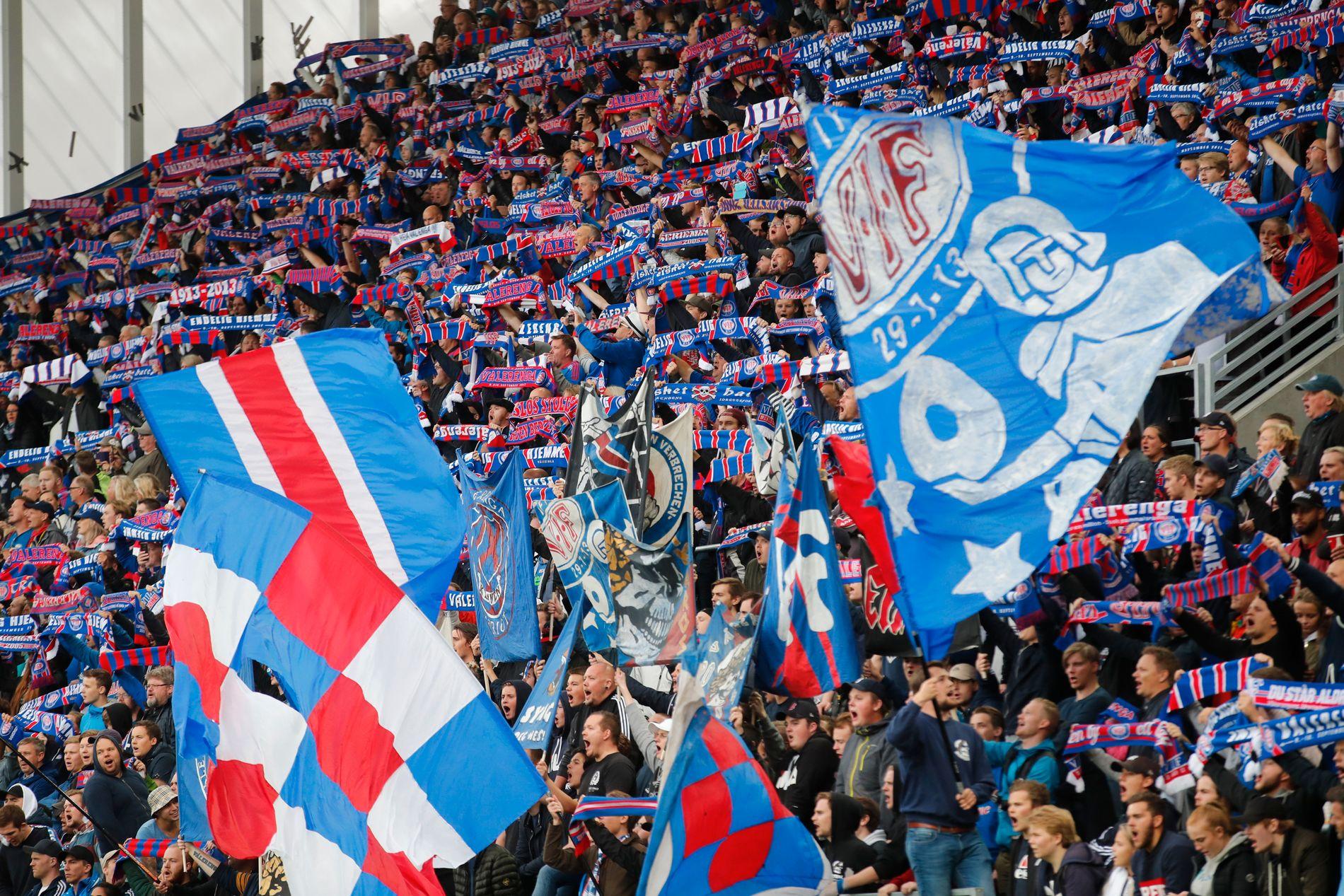 Klanens nye tribune på Vålerenga stadion er et vakkert skue når det koker av skjerf, flagg og sang. Som her før kampen mot Sarpsborg.
