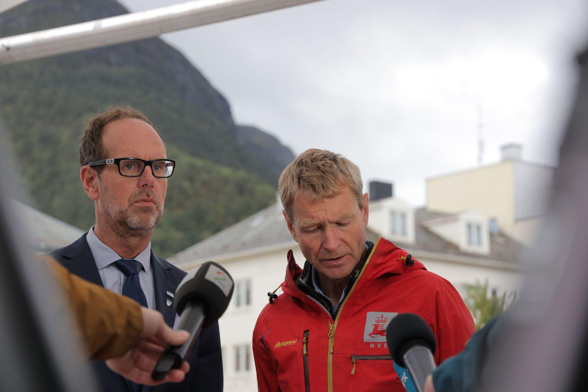 Rauma-ordfører Lars Olav Hustad (H) og geolog Lars Harald Blikra i NVE møtte pressen i Åndalsnes torsdag ettermiddag.   Foto: Ørn E. Borgen / NTB scanpix