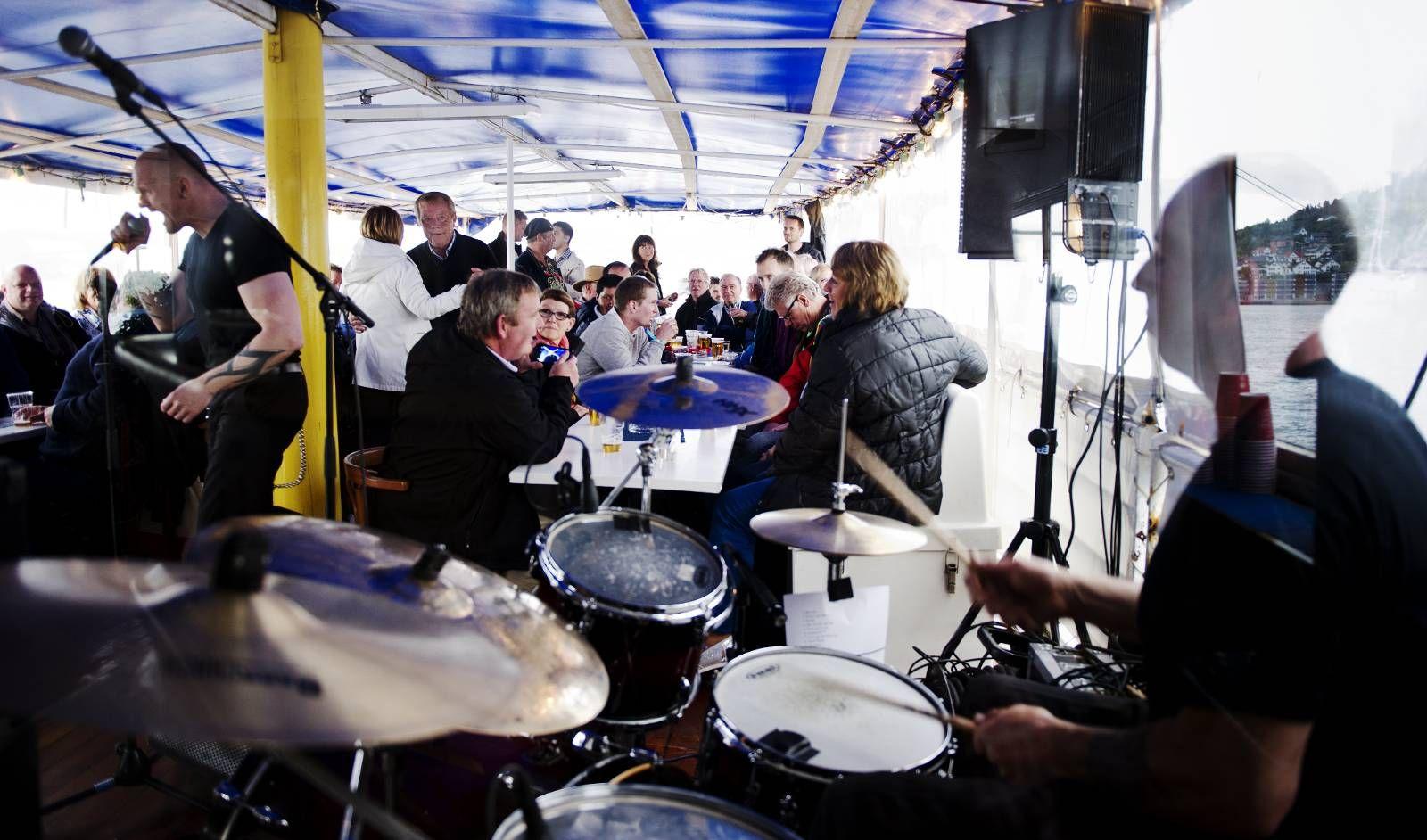 """CRUISE NUMMER 14: Det var rutinerte Frigaard bluesband som spilte opp til bluescruise på MS """"Midthordland"""" i går. Bandet består av Terje Frigaard (vokal og munnspill), Jan Petter Ågotnes (trommer), Petter Sæverud (bass) og Reino A. Småland (gitar)."""
