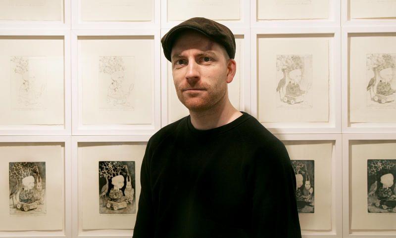 LITT SOM MAGRITTE? Den bergensbaserte kunstneren Tom Kosmo åpner utstilling på Os lørdag. Det kan bli fint, urovekkende og fascinerende.