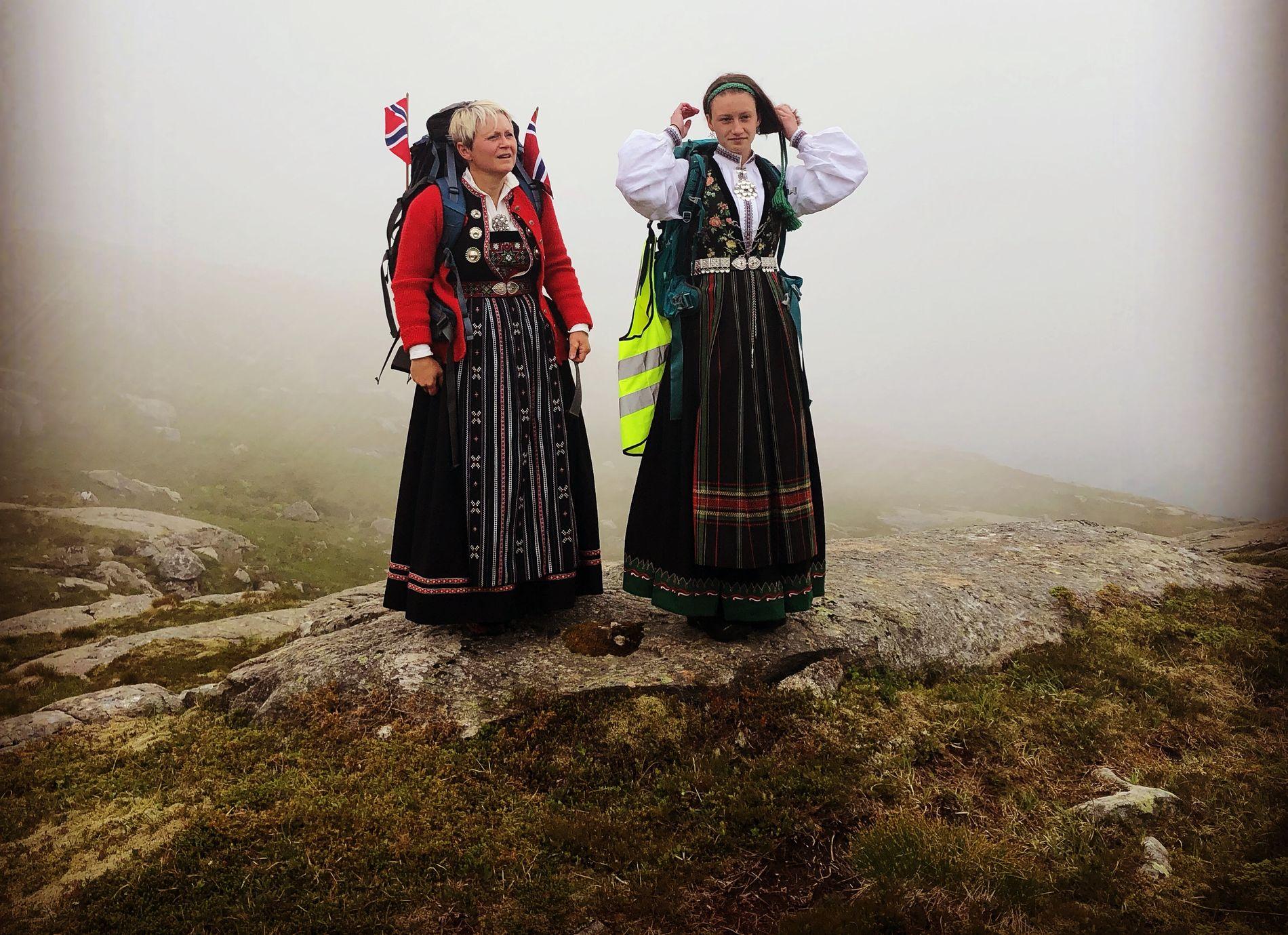 BUNADSKRAFT MOT VINDKRAFT Kristine Sleire Tistel og moren Tove Kristin Sleire Tistel klar til kamp mens tåken siger over Dalsfjordfjellet.