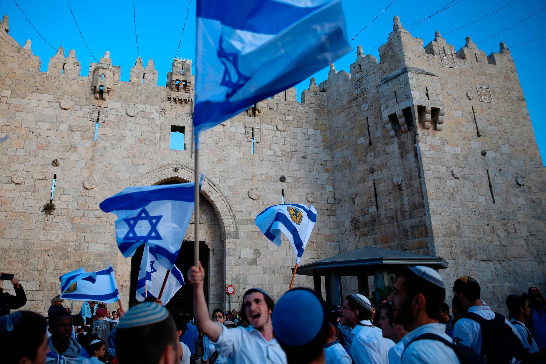 FEIRING: Mandag feiret israelerne at det var 70 år siden daværende statsminister David Ben Gurion proklamerte staten Israel. Disse israelerne feiret utenfor porten til gamlebyen i Jerusalem, en by et samlet verdenssamfunn gjentatte ganger har slått fast er ulovlig okkupert.