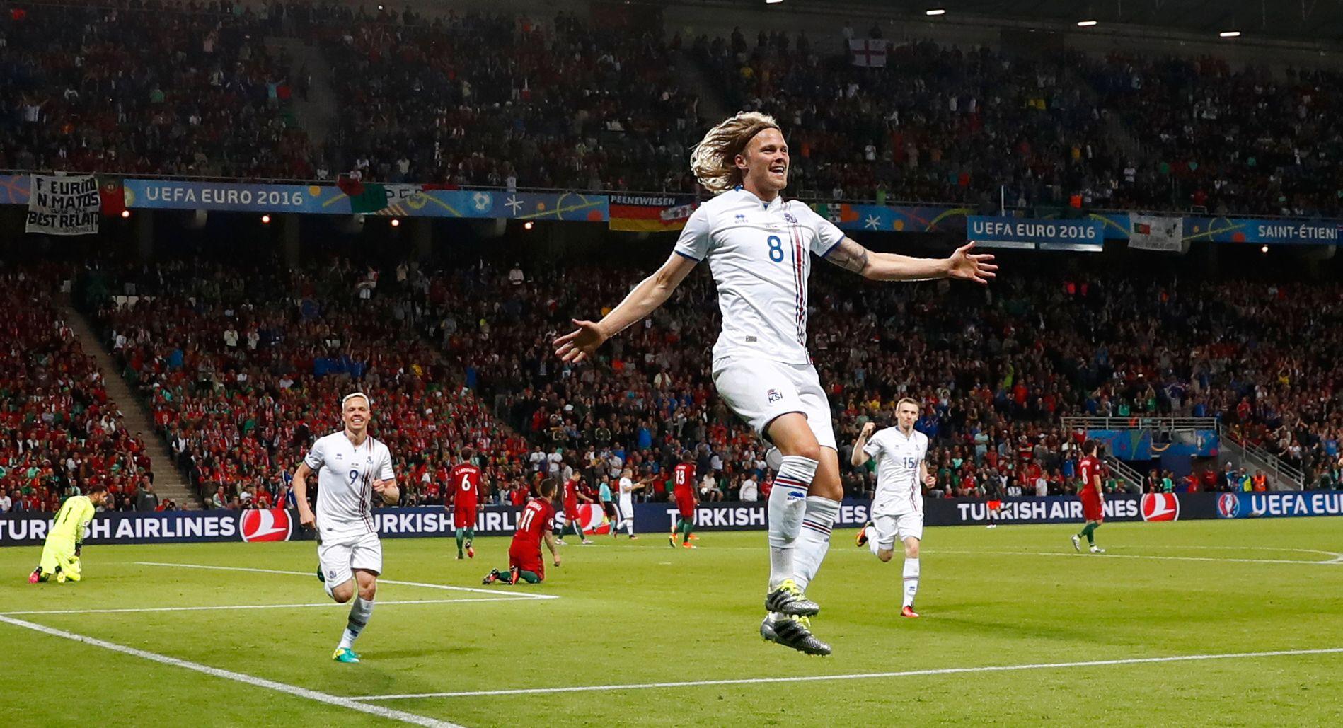 HISTORISK SCORING: Birkir Bjarnason jubler etter å ha satt inn 1-1 mot Portugal, Islands første mål i et mesterskap noensinne.
