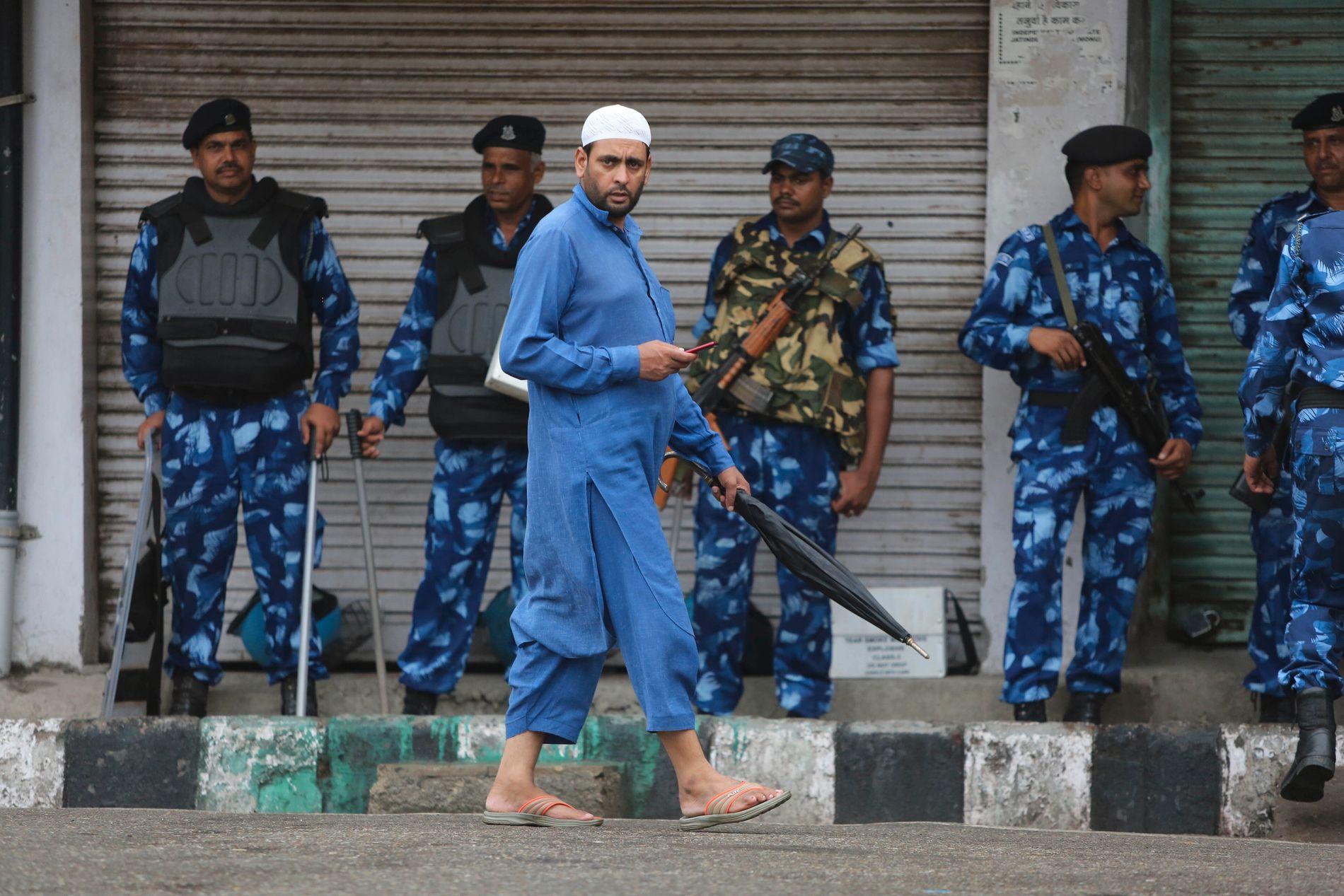PORTFORBUD: Soldater fra Rapid Action Force (RAF) står vakt under et portforbud i Jammu, fredag 9. august.