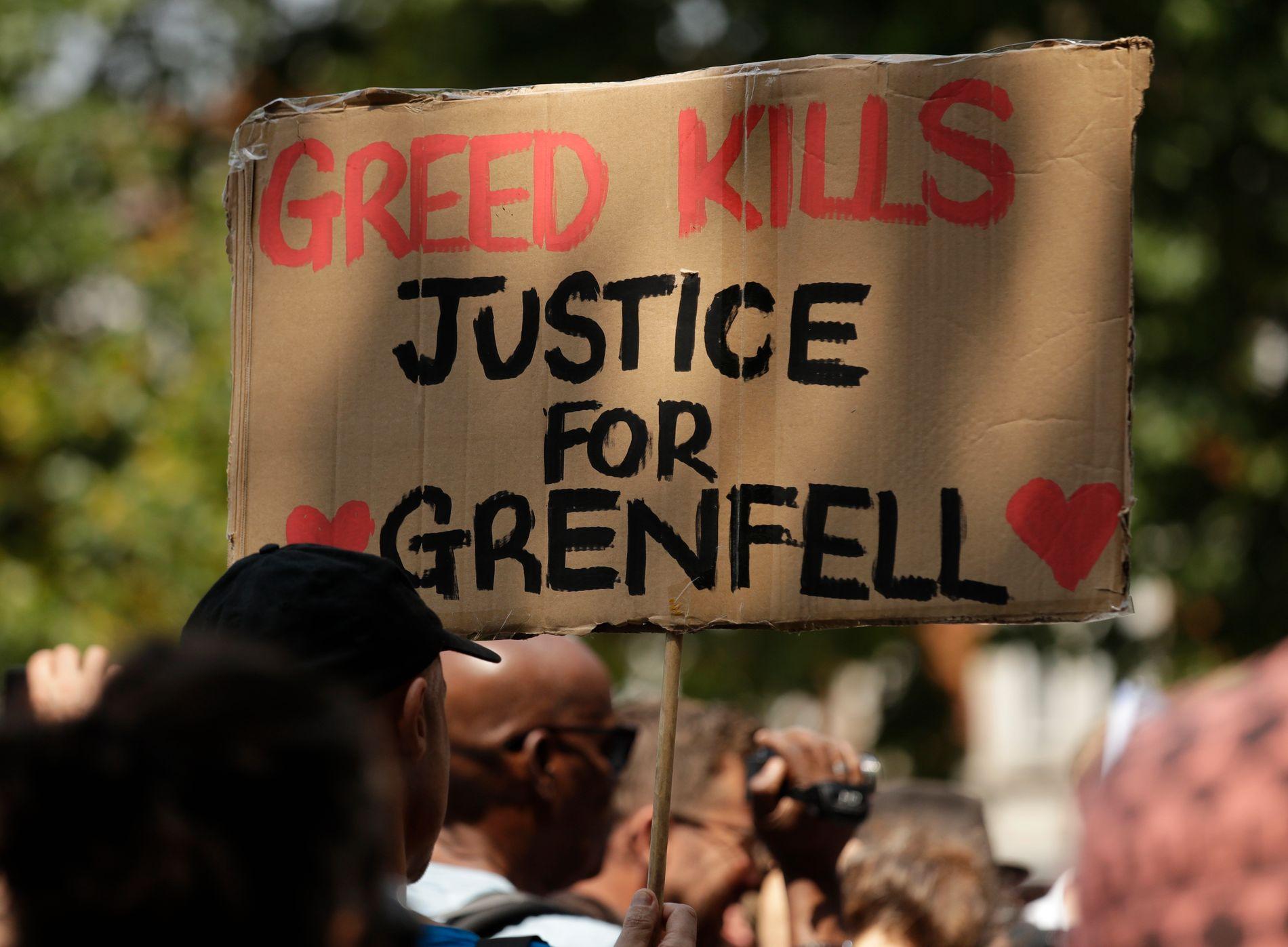 RETTFERD: Etter brannen har det vært flere demonstrasjoner og krav om at statsminister Theresa May må gå.