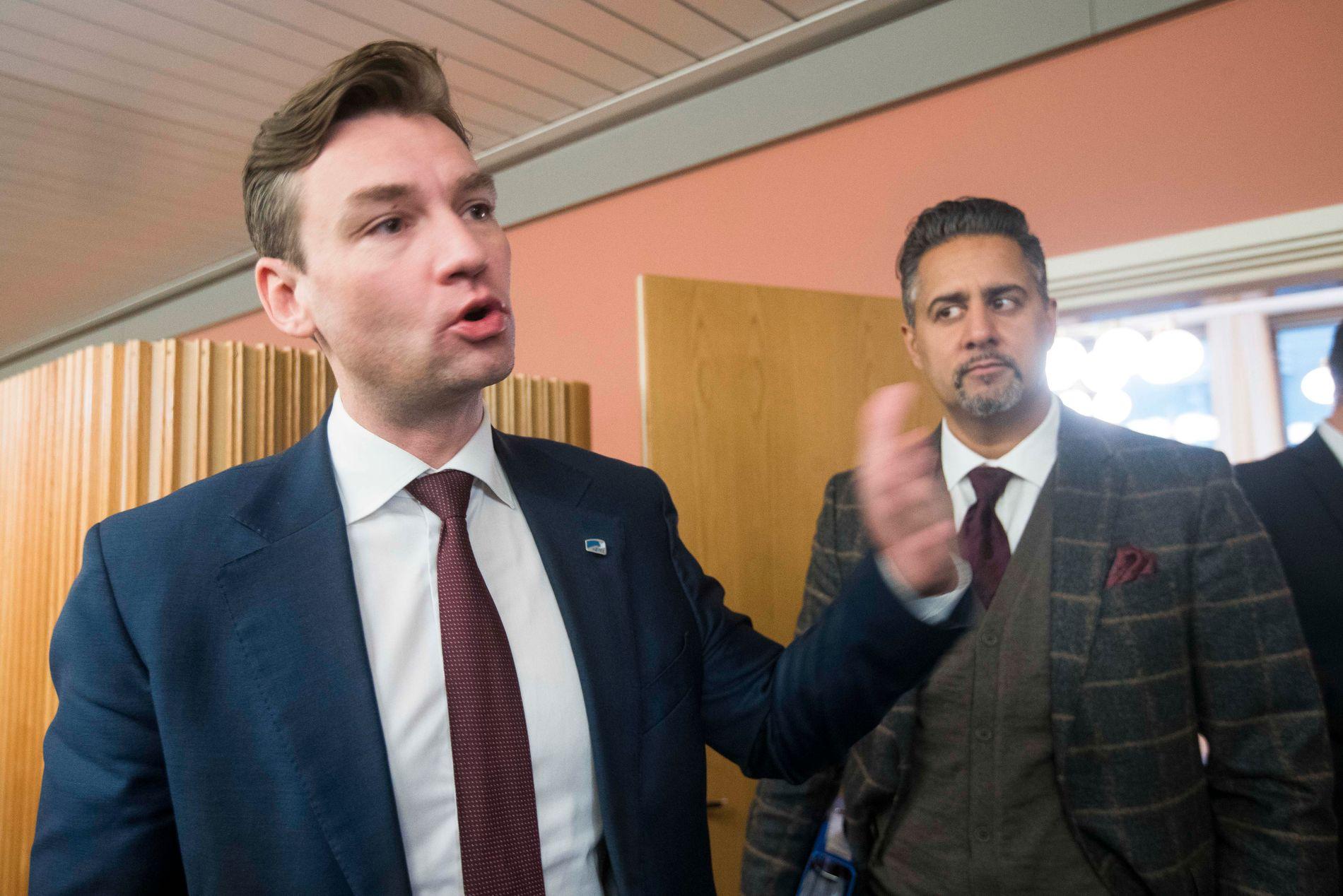 TELEFONISTANE: Høgres Henrik Asheim og Venstres Abid Raja på veg ut frå eit av budsjettmøta i november.