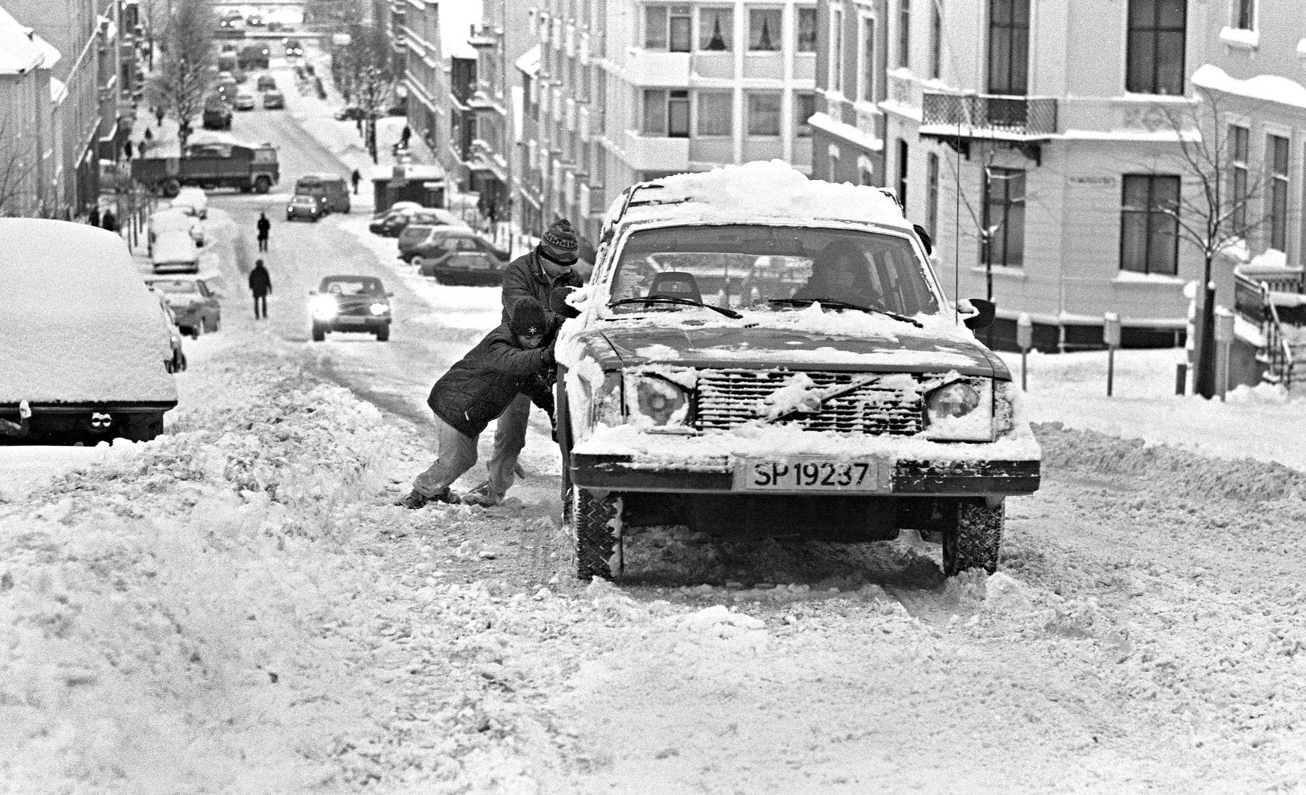 STRØMGATEN: Vinteren kom tidlig i Bergen i 1981. I den bratte delen av Strømgaten kom biler knapt opp uten hjelp.