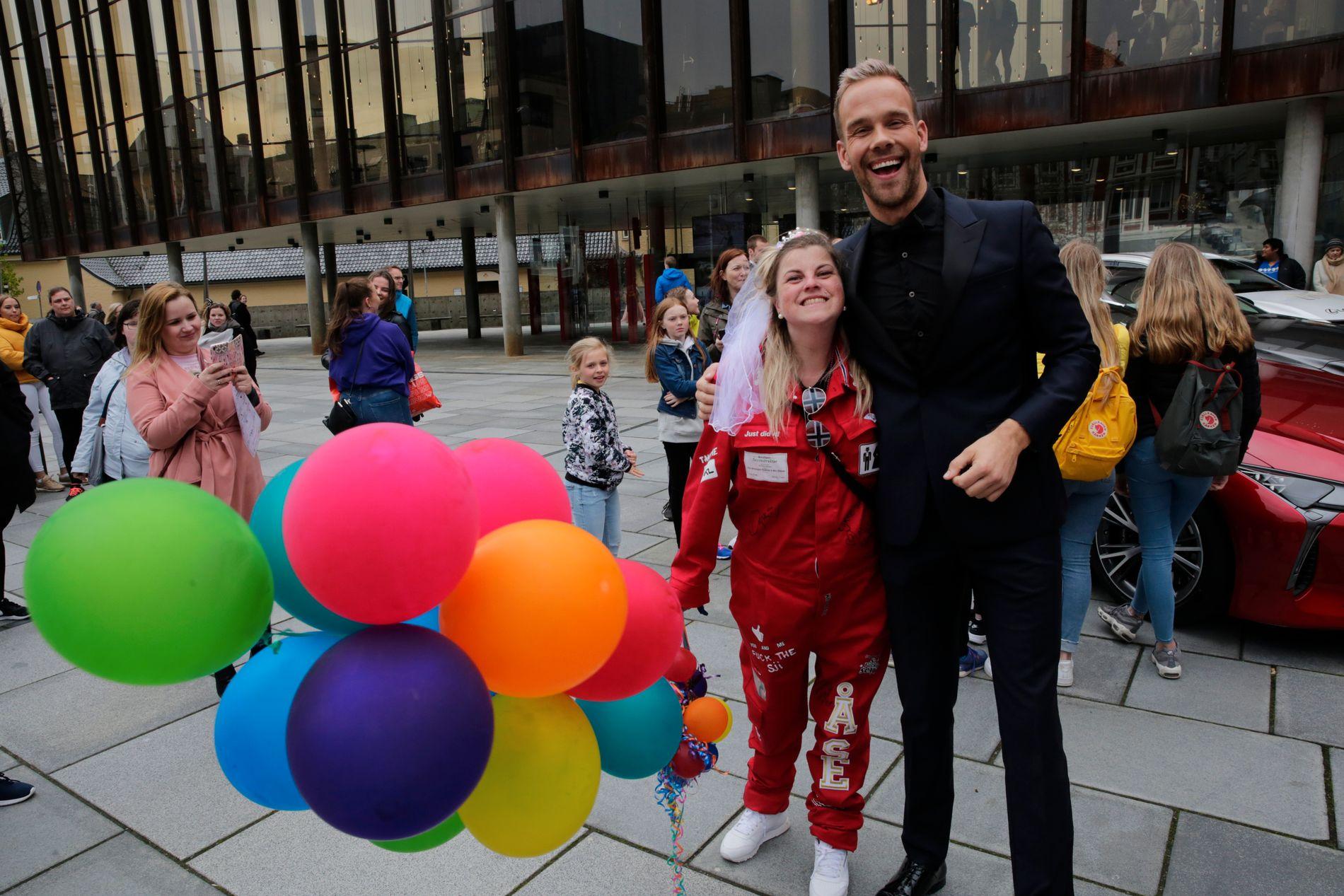 MØTTE FANSEN: VG-TVs Morten Hegseth brukte godt med tid blant oppmøtte fans før han startet sin egen dekning av Gullruten. Her sammen med autografjeger Åse Rebekka Hansen.