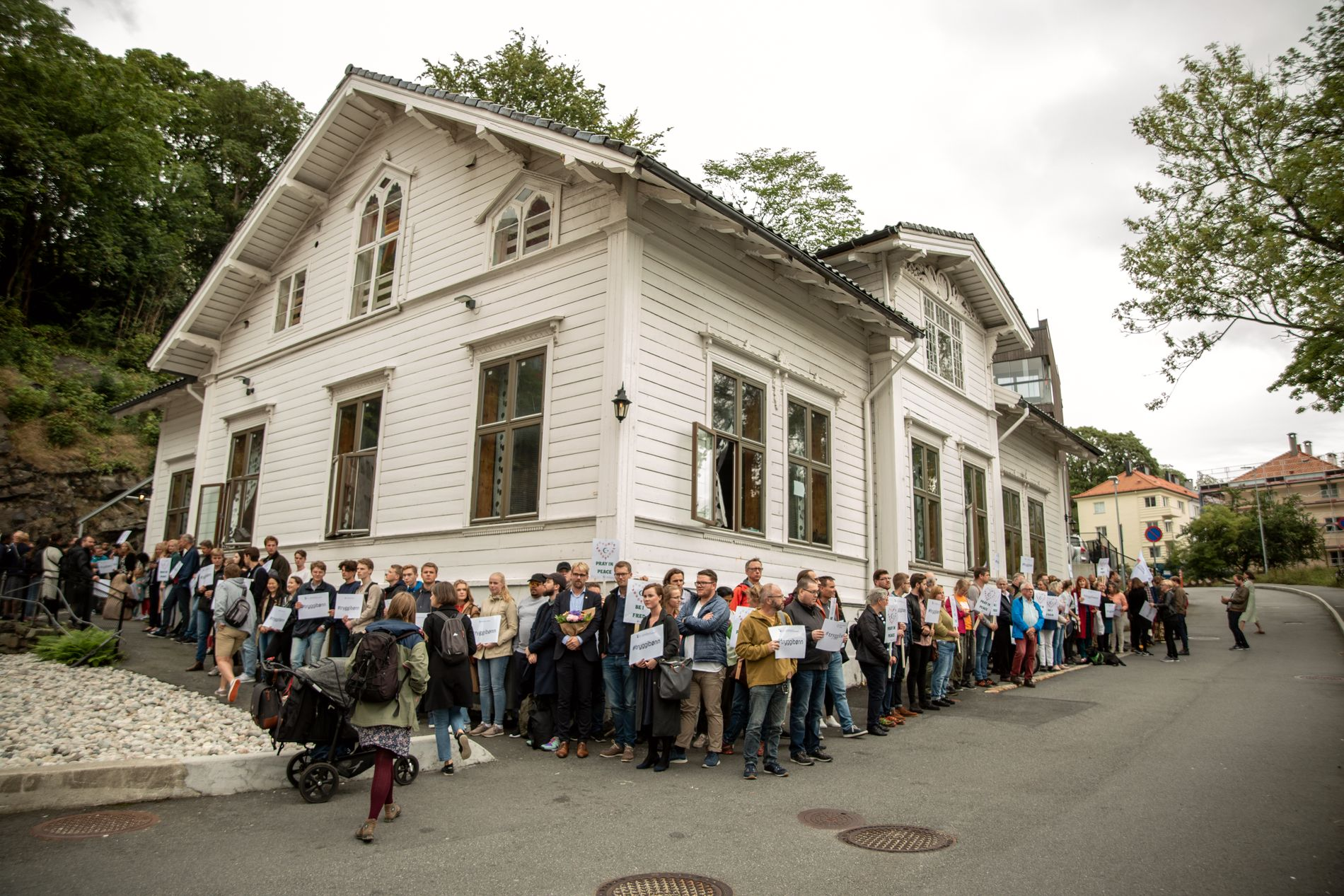 MØTTE OPP: Bergenserne slo ring rundt moskeen i Jekteviken ved Dokken.