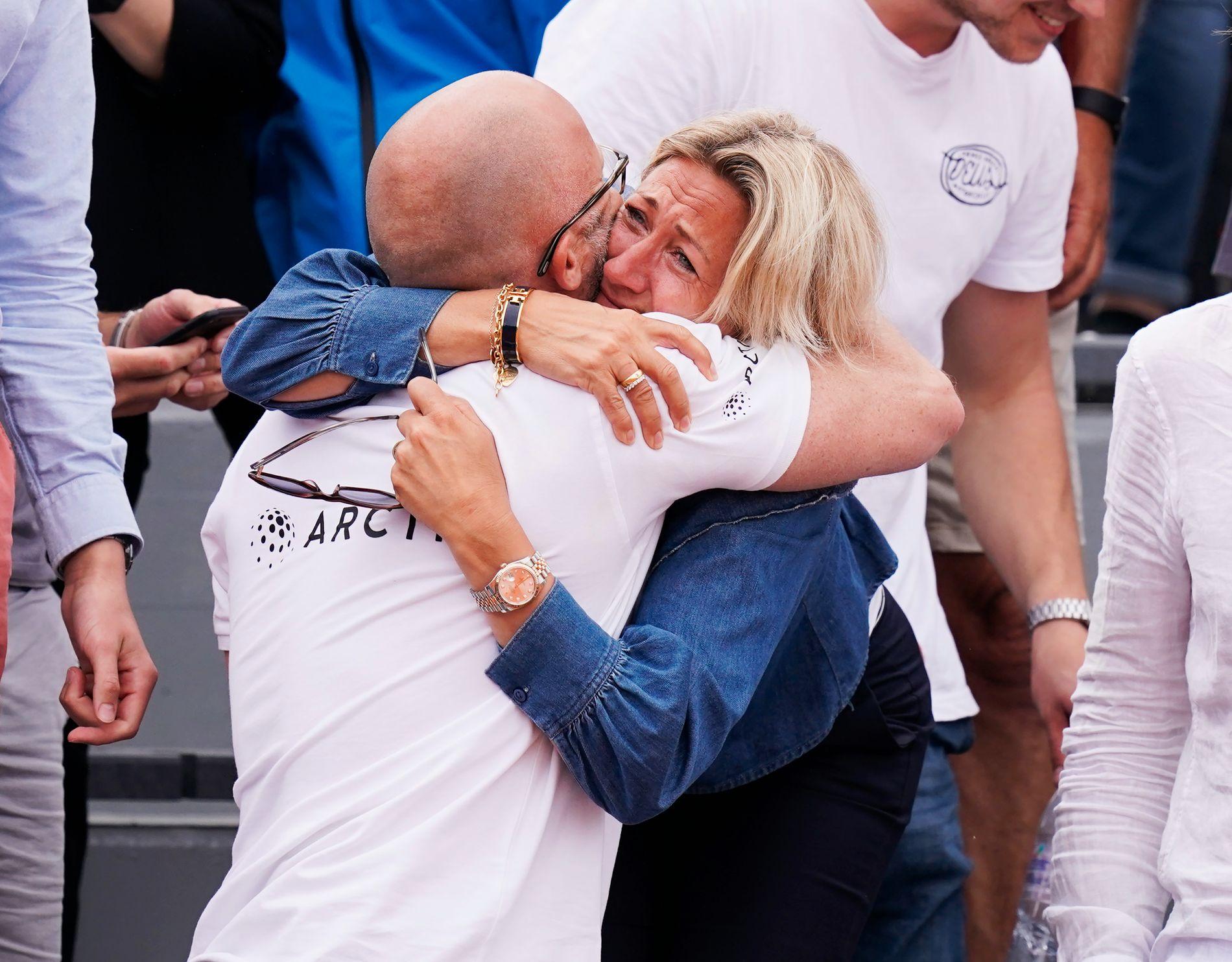 Mammaen til Casper Ruud, Lele, gråt av glede etter seieren. Her omfavner hun Erik Bertrand Larssen, som er mentaltrener.