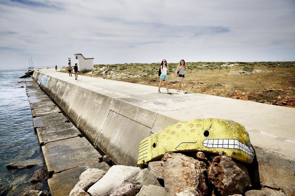 EN STRANDET HVAL: Den gliser bredt, hvalen som er strandet i det du hopper av fergen og starter dagen på den øde øya i Portugal.