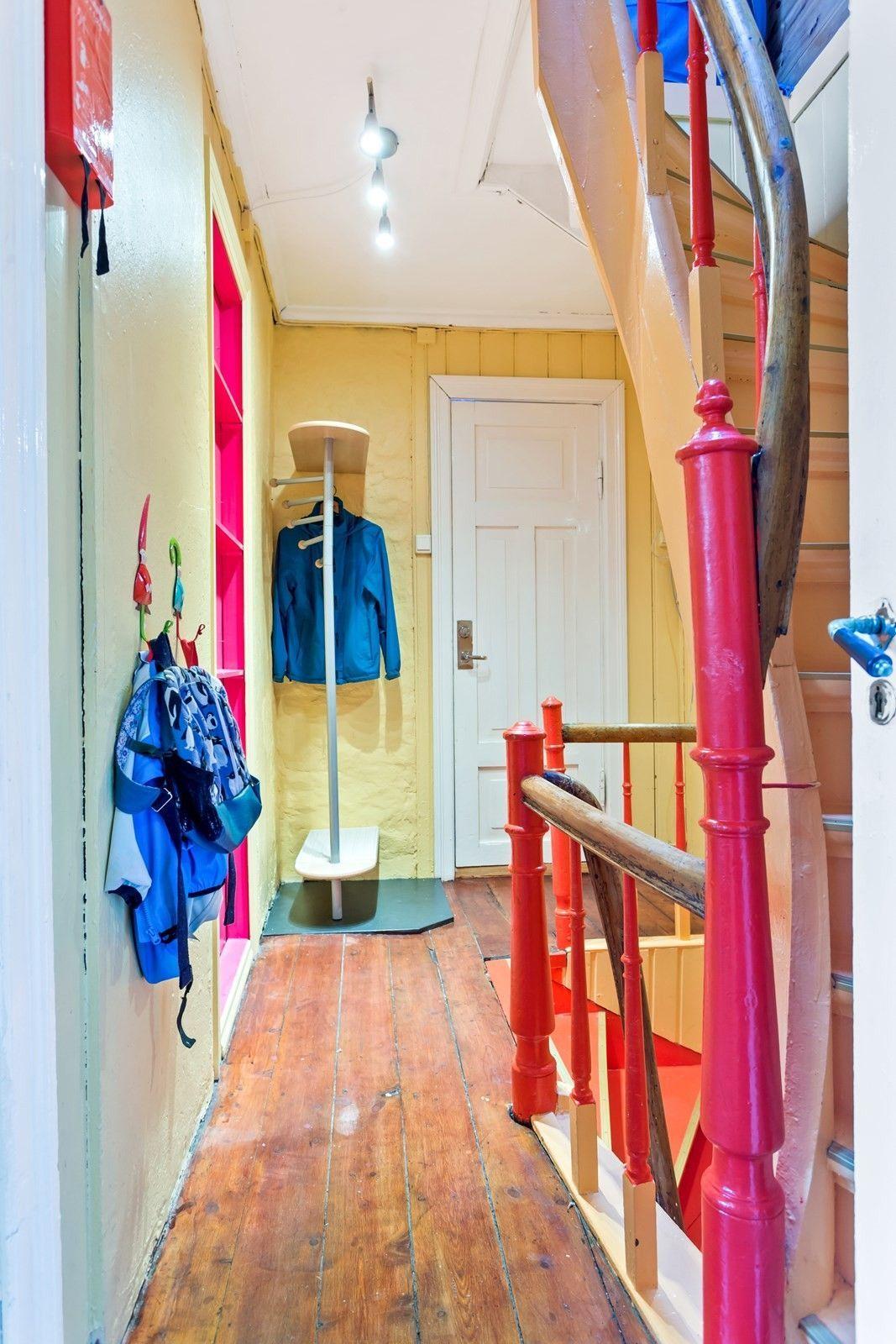 Unik trapp: Trappen er også malt i ikke-typiske trappefarger. – Jeg tror man blir mindre deprimert og sykemeldt av å ha farger rundt seg, sier Arling.