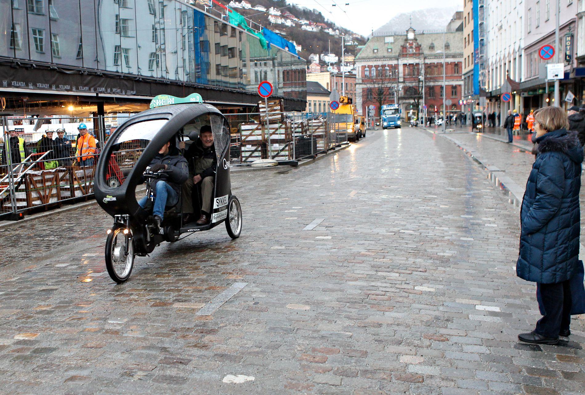 FØRST: En sykkeltaxi var første kjøretøy ut på den nyåpnede Strandkaien.