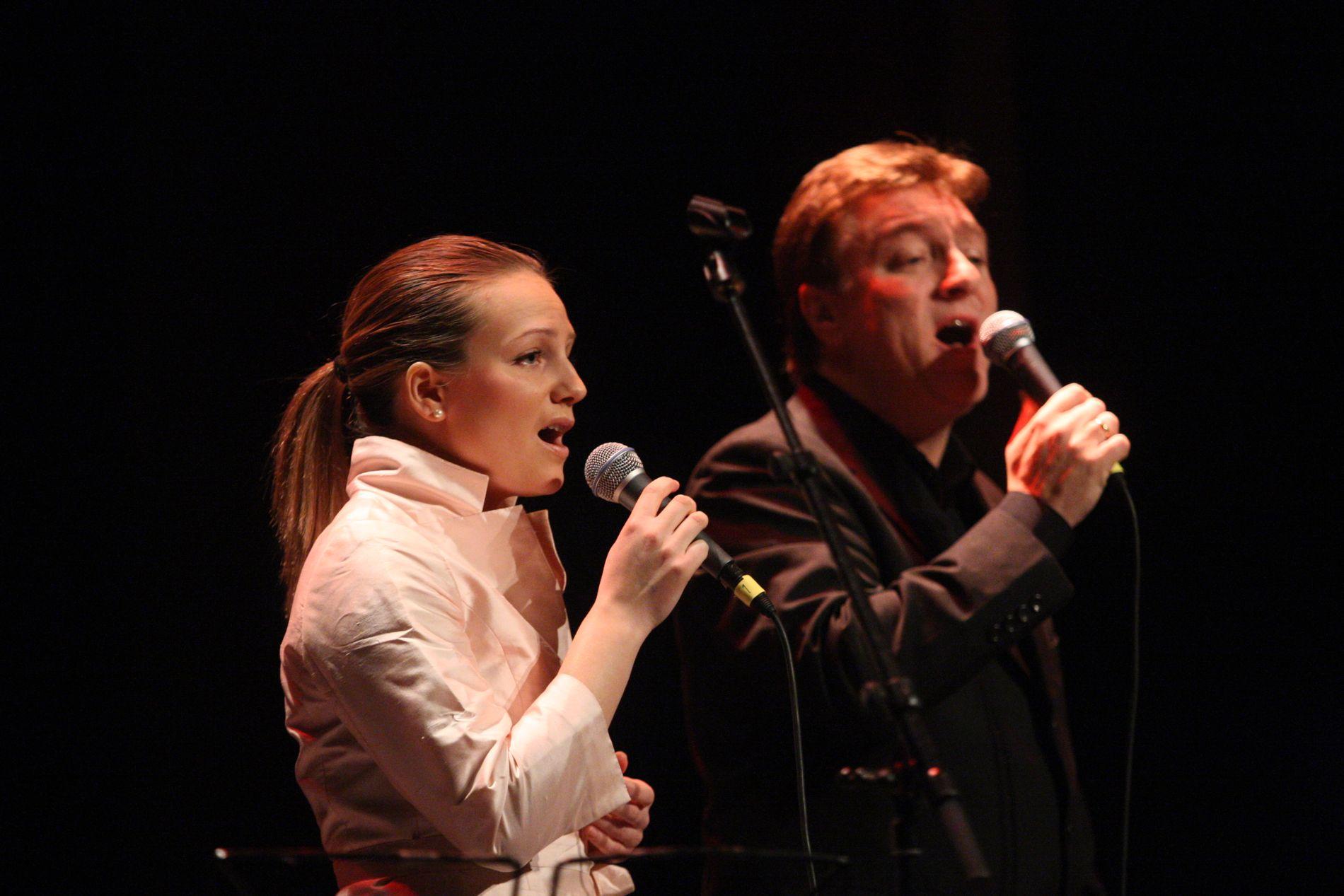 TO BLAD ENDRESEN: Anne Sophie Endresen synger på «The Voice» på TV 2 i kveld, mens far Tor Endresen synger i Melodi Grand Prix på lørdag. Dette bildet ble tatt på Kirkens bymisjons artistdugnad i 2009. ARKIVFOTO: ØRJAN DEISZ