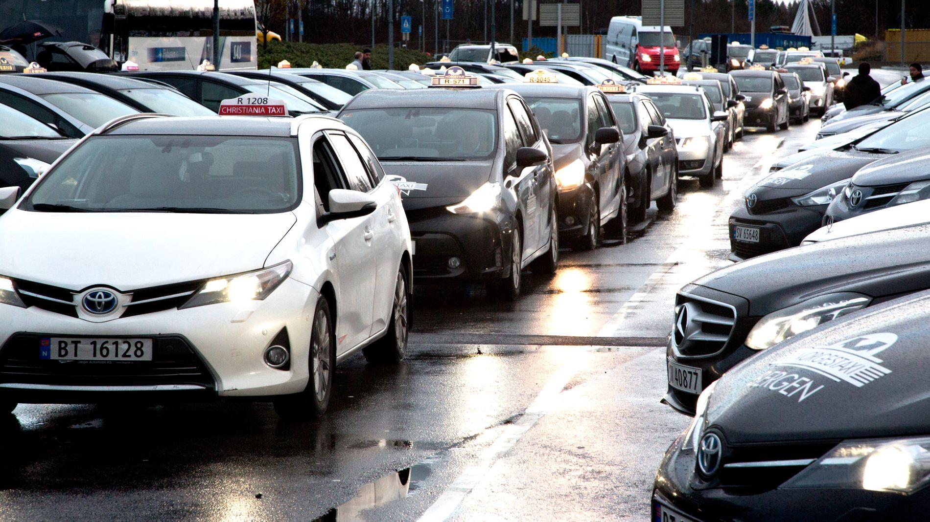 KONSTRUERT SKILLE: Skutle forsøker å skape skille mellom drosjeeiere og ansatte sjåfører, og underslår at drosjeeierne selv er sjåfører, skriver innsender.