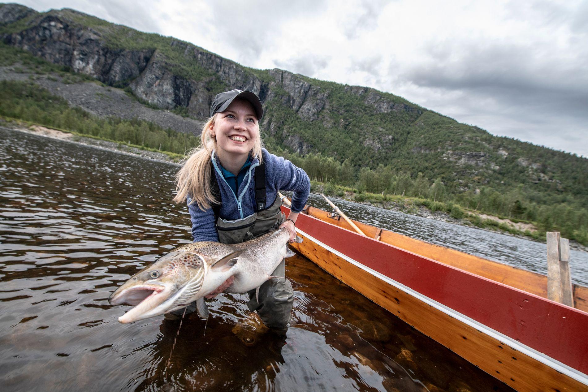 – Jeg er så glad og sliten i armene, sier Marianne Haukland med sin første Alta-laks på rundt 10 kilo. Noe som for øvrig ikke regnes som så stor laks i nord, til tross for at storlaks er all laks over syv kilo på landsbasis.