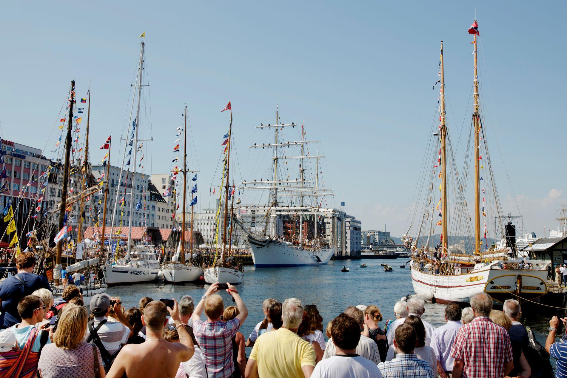 VENTER 60 BÅTER: I løpet av søndag formiddag vil Vågen fylles opp med 60 seilskuter.