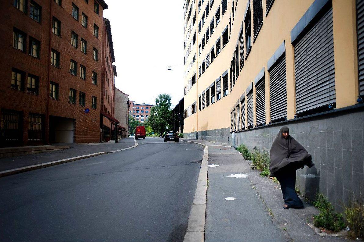 INTEGRASJON? På Oslos austkant er det innvandrarane som dominerer gatebiletet. Denne innvandrarkvinna var på veg gjennom ei folketom gate på Grønland i Oslo tirsdag.