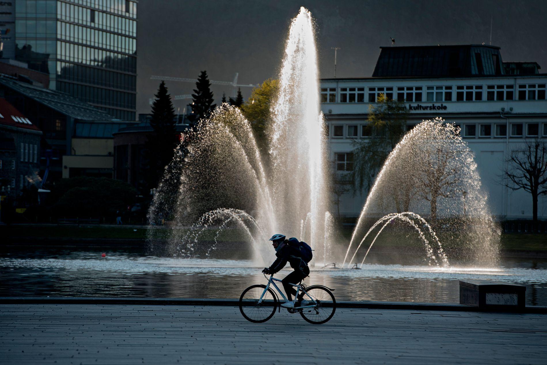 FLERE SLIKE: Ambisjonen var at ti prosent av reiser i Bergen skulle være på sykkel, men det er langt færre som gjør som denne karen på Festplassen: Sykkelandelen er på stusslige tre prosent.
