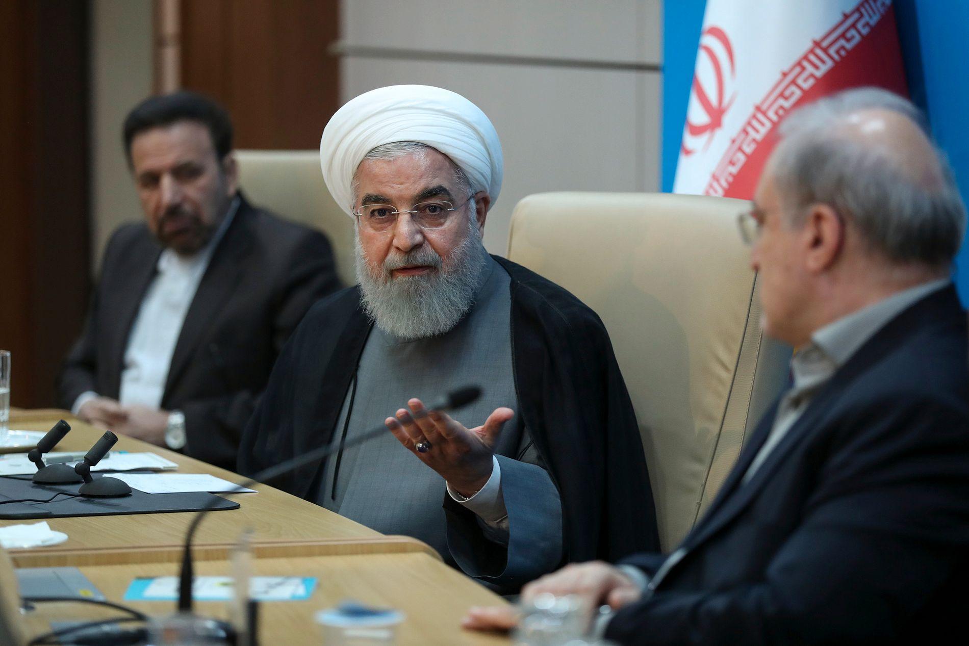IRAN: Irans president Hassan Rouhani (i midten) har varslet at landet vil bryte atomavtalen trinn for trinn hvis ikke noe gjøres for å lette sanksjonspresset fra USA.