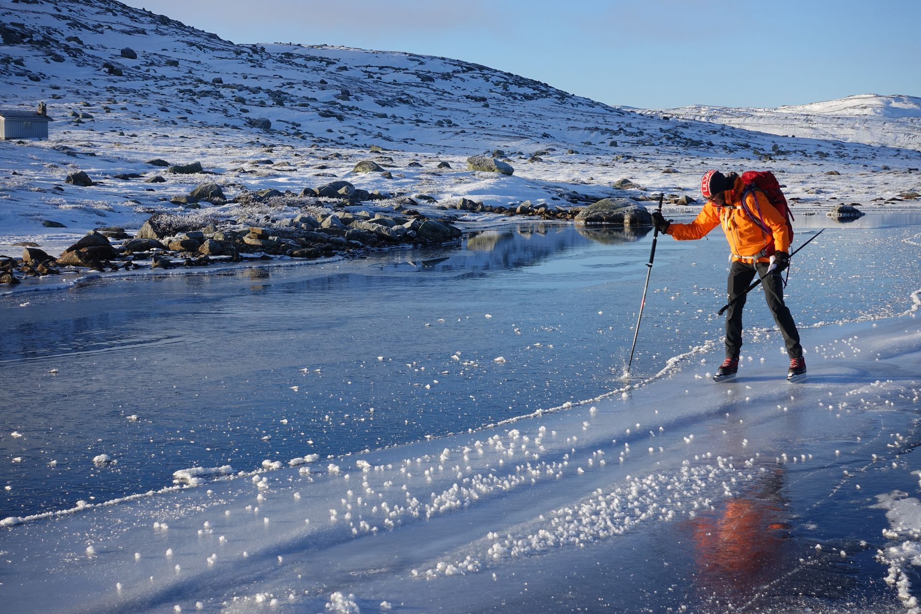 ISTEST: Fyrst og fremst gjeld det å gå med ispiggar rundt halsen og isstav i handa. Slik kan ein raskt og enkelt sjekke isen etter kvart som ein går, og snu i tide, skriv innsendaren. Her er entusiastane i ferd med å teste isen på Hardangervidda.