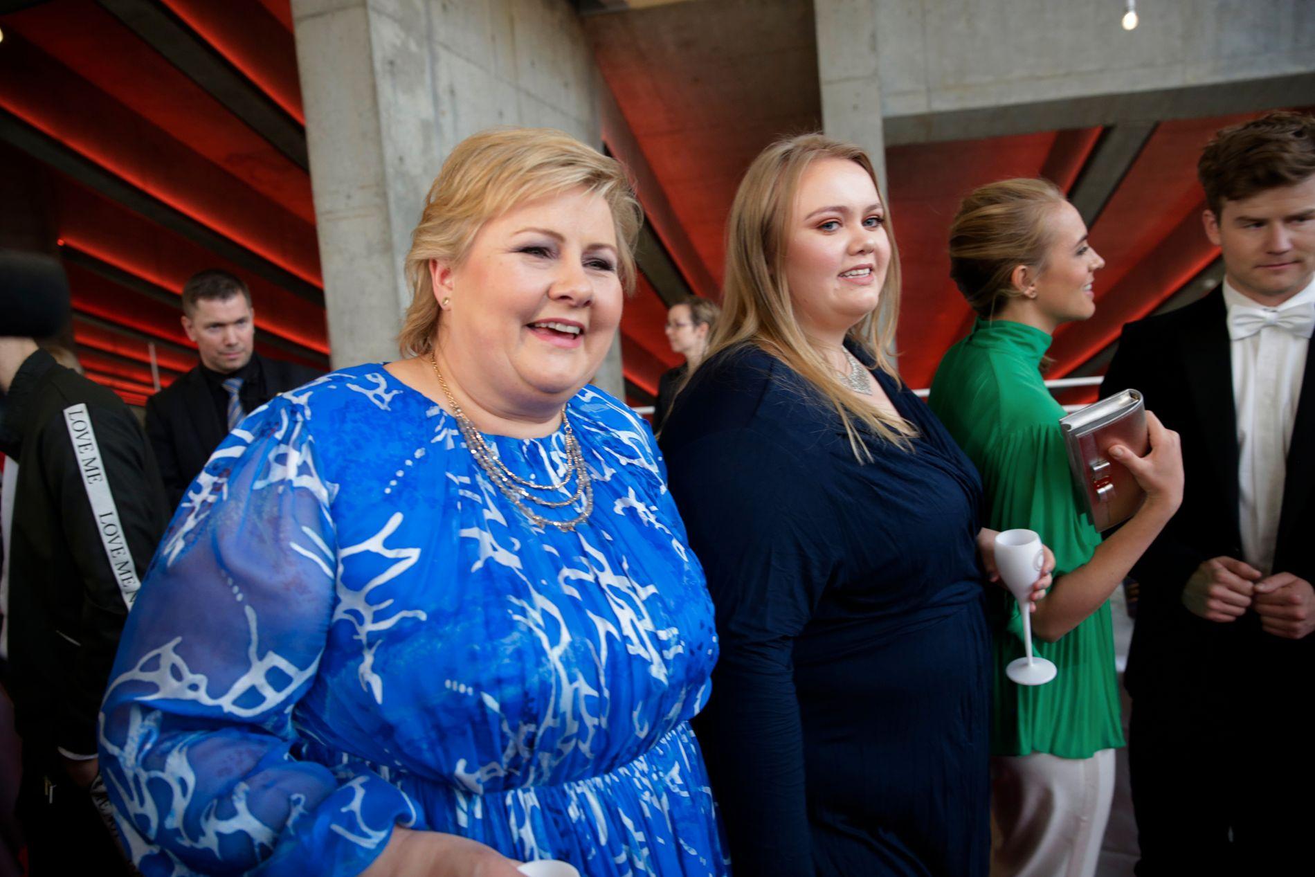 GJENGANGER: Statsminister Erna Solberg var også på Gullruten i fjor. Her sammen med datter Ingrid Solberg Finnes.