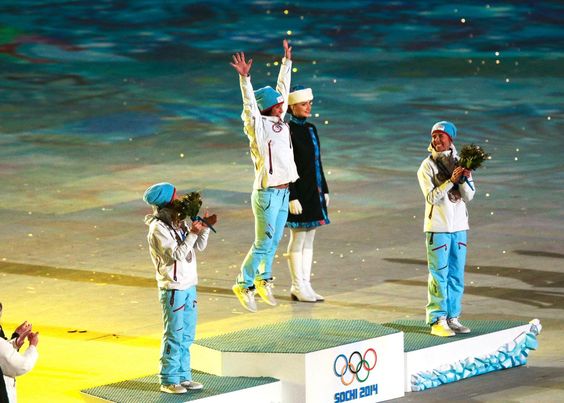 Bjørgen, Johaug og Steira fikk utdelt medaljene under avslutningsseremonien i Sotsji.
