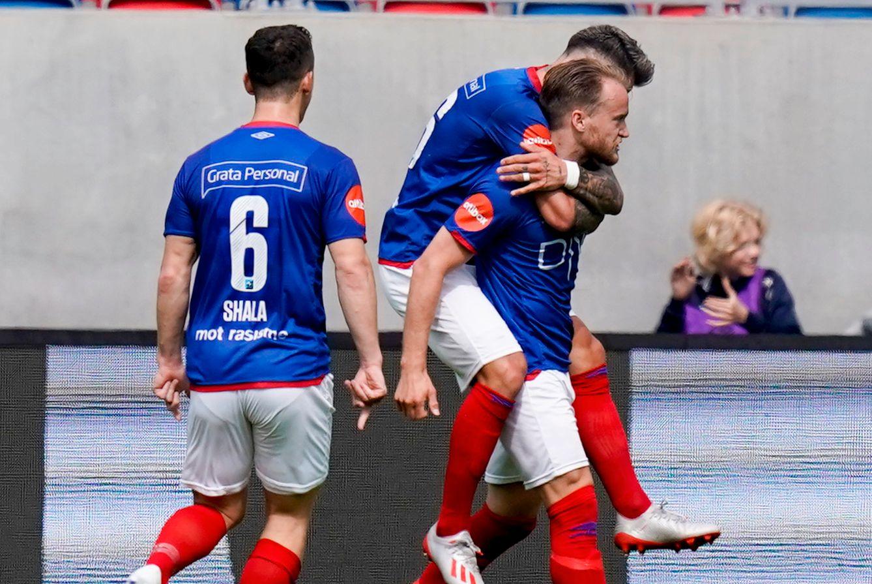 Bård Finne får gratulasjoner fra lagkamerater etter at han har utlignet Sarpsborg 08s ledelse etter en halv times spill i første omgang.