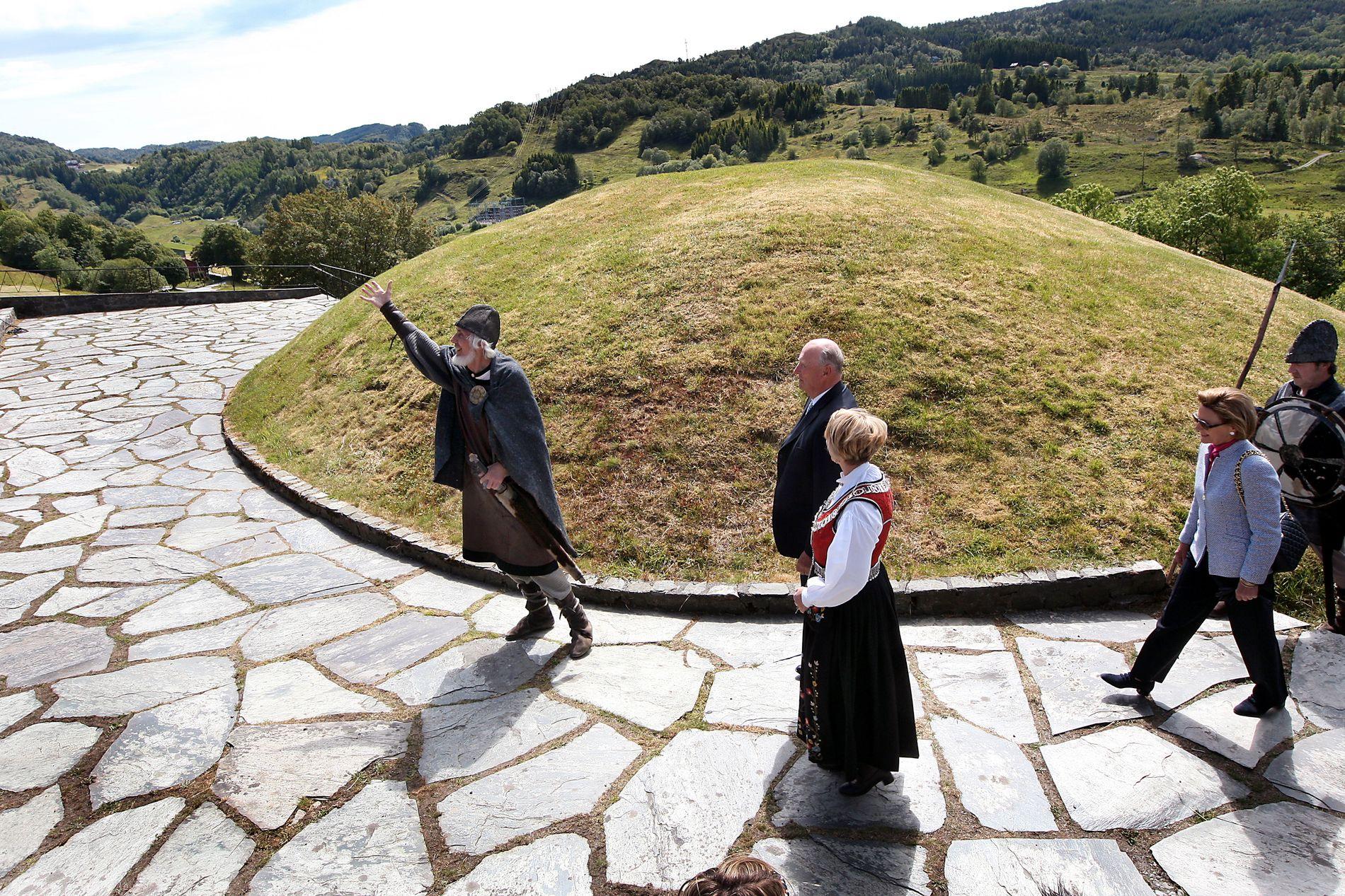 SEIM: Håkonshaugen på Seim, eit historisk gravminne etter Håkon den Gode. Her under eit besøk frå kongeparet i 2009.