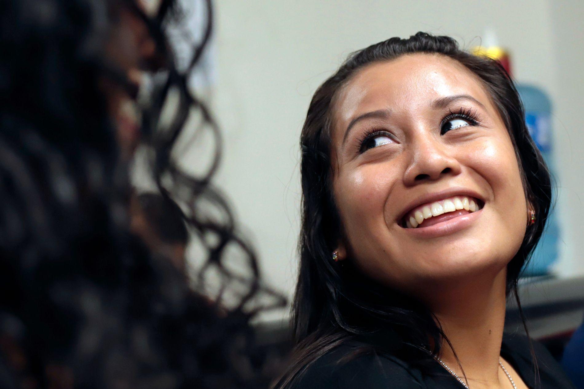 Evelyn Hernandez (21) smiler etter å ha blitt frikjent for drap på sitt dødfødte barn. Foto: AP / NTB scanpix